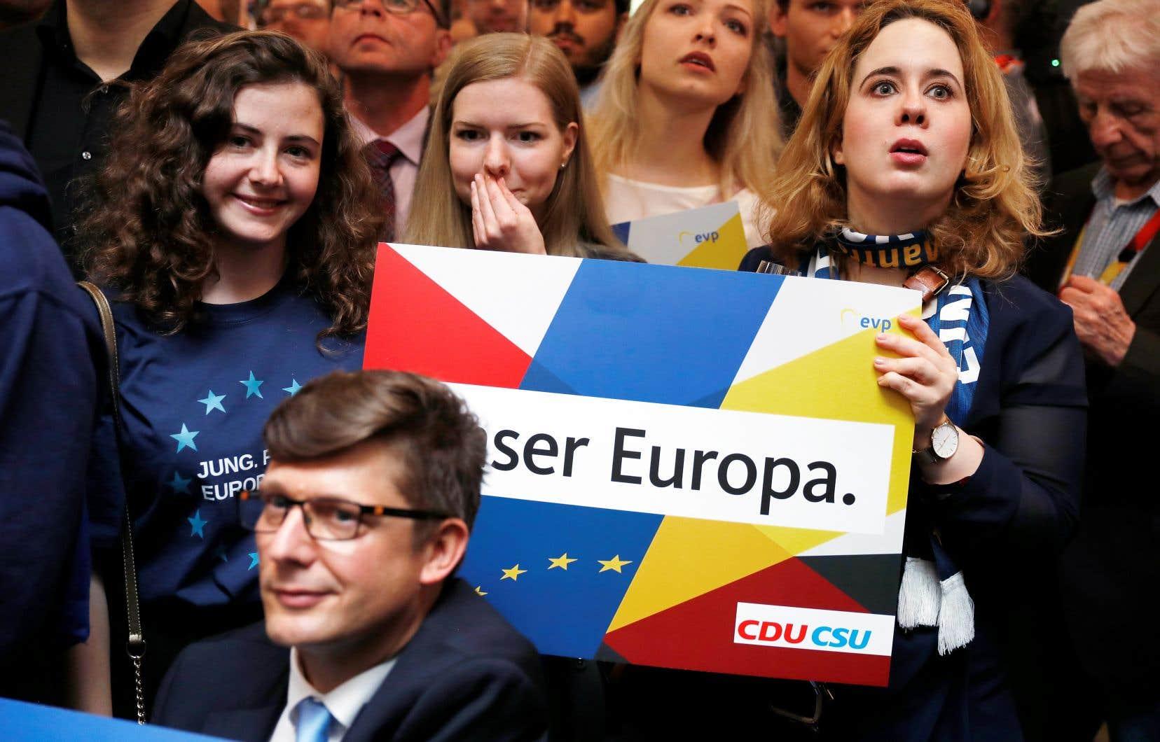 En Allemagne, malgré une forte poussée des verts, l'Union chrétienne-démocrate termine à la tête des élections, avec 29% des voix.