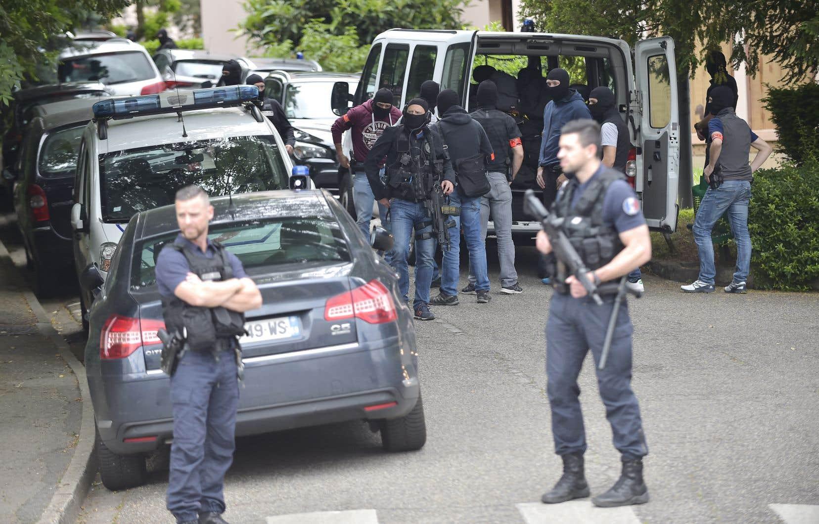 Un groupe d'intervention s'affaire dans le secteur où réside le suspect après son arrestation.