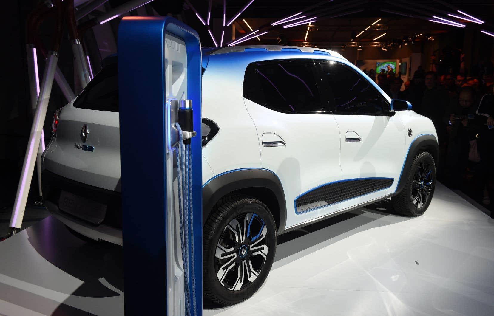La révolution électrique impose aux constructeurs automobiles des investissements colossaux. Ici, une Renault électrique destinée au marché chinois est présentée au Salon de l'automobile de Paris.
