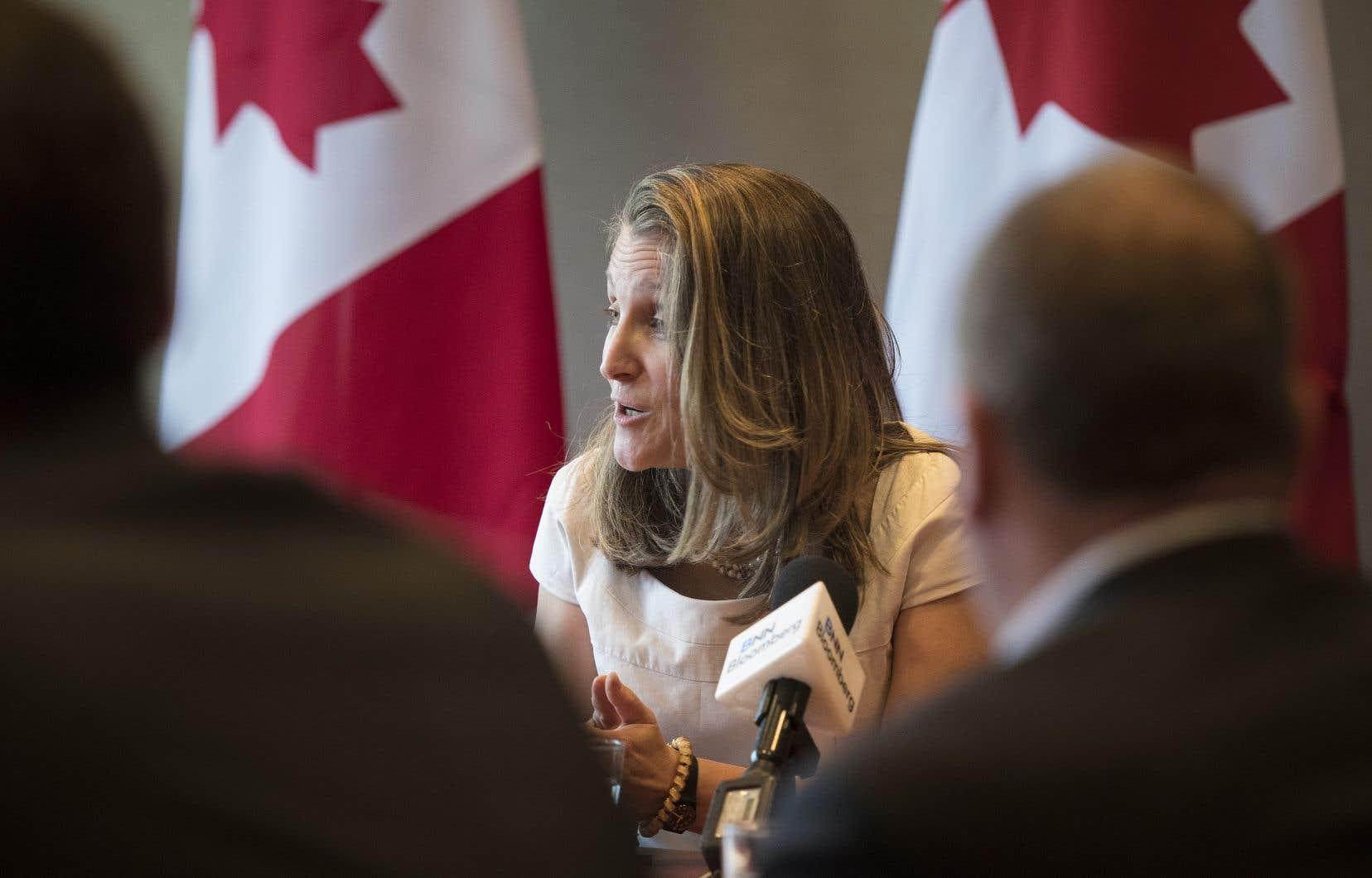 Selon la ministre des Affaires étrangères, Chrystia Freeland, la levée complète des tarifs douaniers américains sur l'acier et l'aluminium du Canada a ouvert la voie à l'approbation officielle de l'accord.