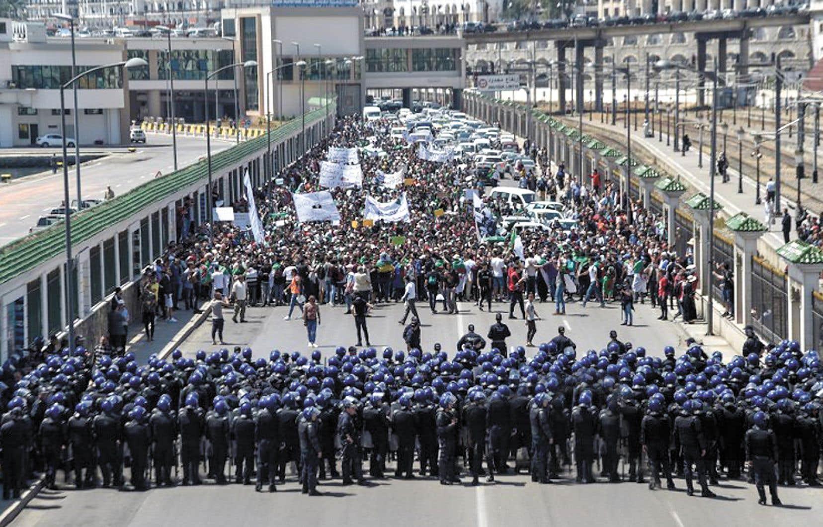 Des centaines d'étudiants algériens ont pris part à une manifestation hebdomadaire mardi dans les rues de la capitale Alger. Les manifestants réclament la mise en place d'institutions de transition pour réformer profondément le système politique.
