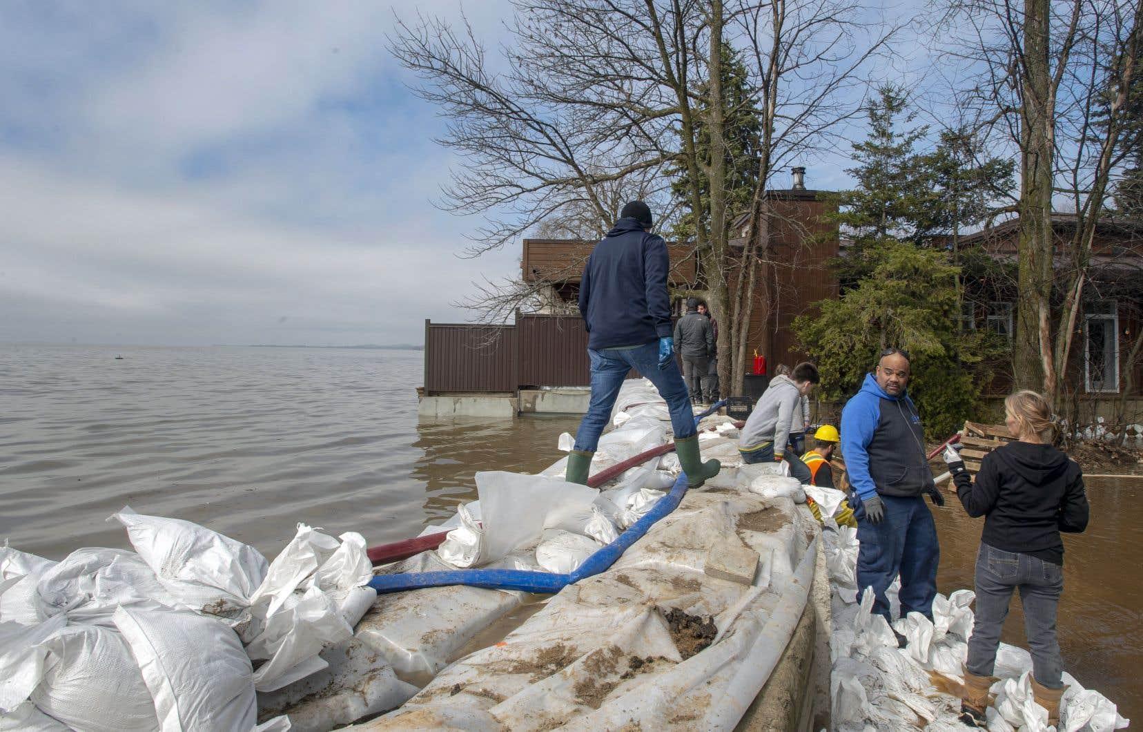 Des milliers de sacs de sable ont été empilés par endroits afin de limiter les dégâts.