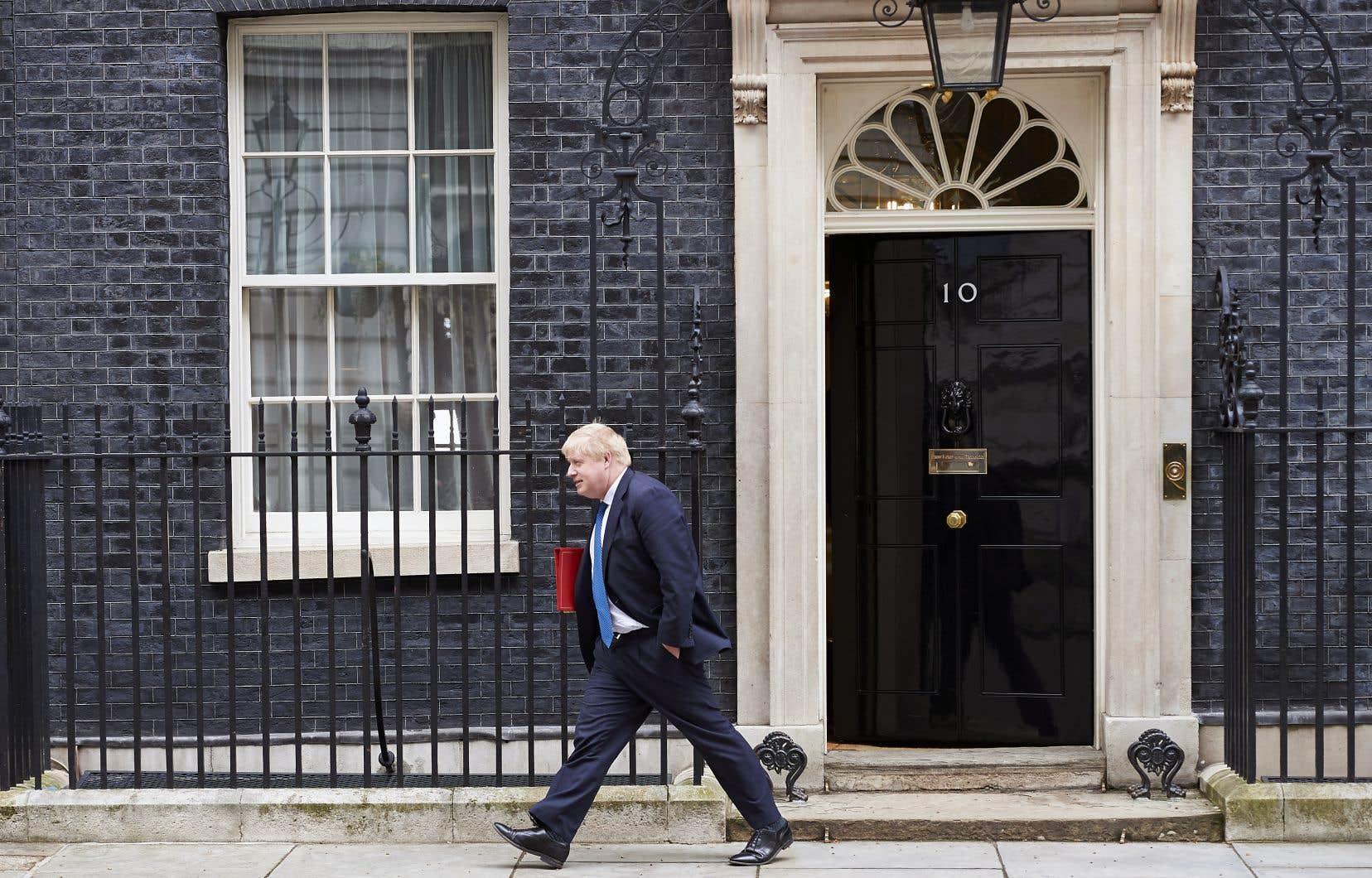L'ex-ministre britannique des Affaires étrangères Boris Johnson quitte le 10 Downing Street.