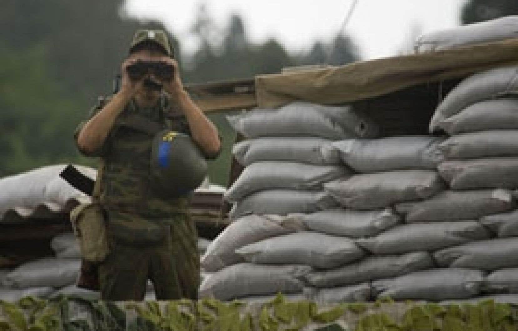 Un soldat russe montait la garde hier à Gori.