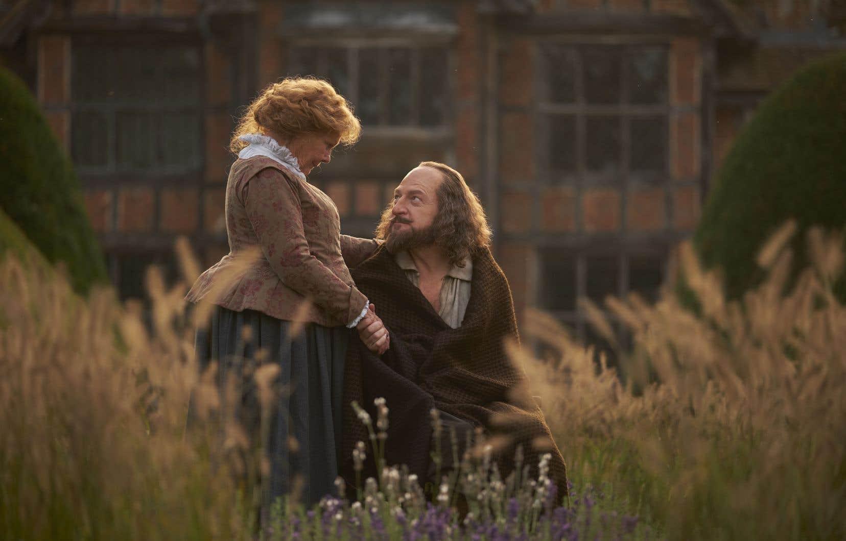 Judi Dench tient le rôle d'Anne Hataway, l'épouse de Shakespeare, interprété par Kenneth Branagh.