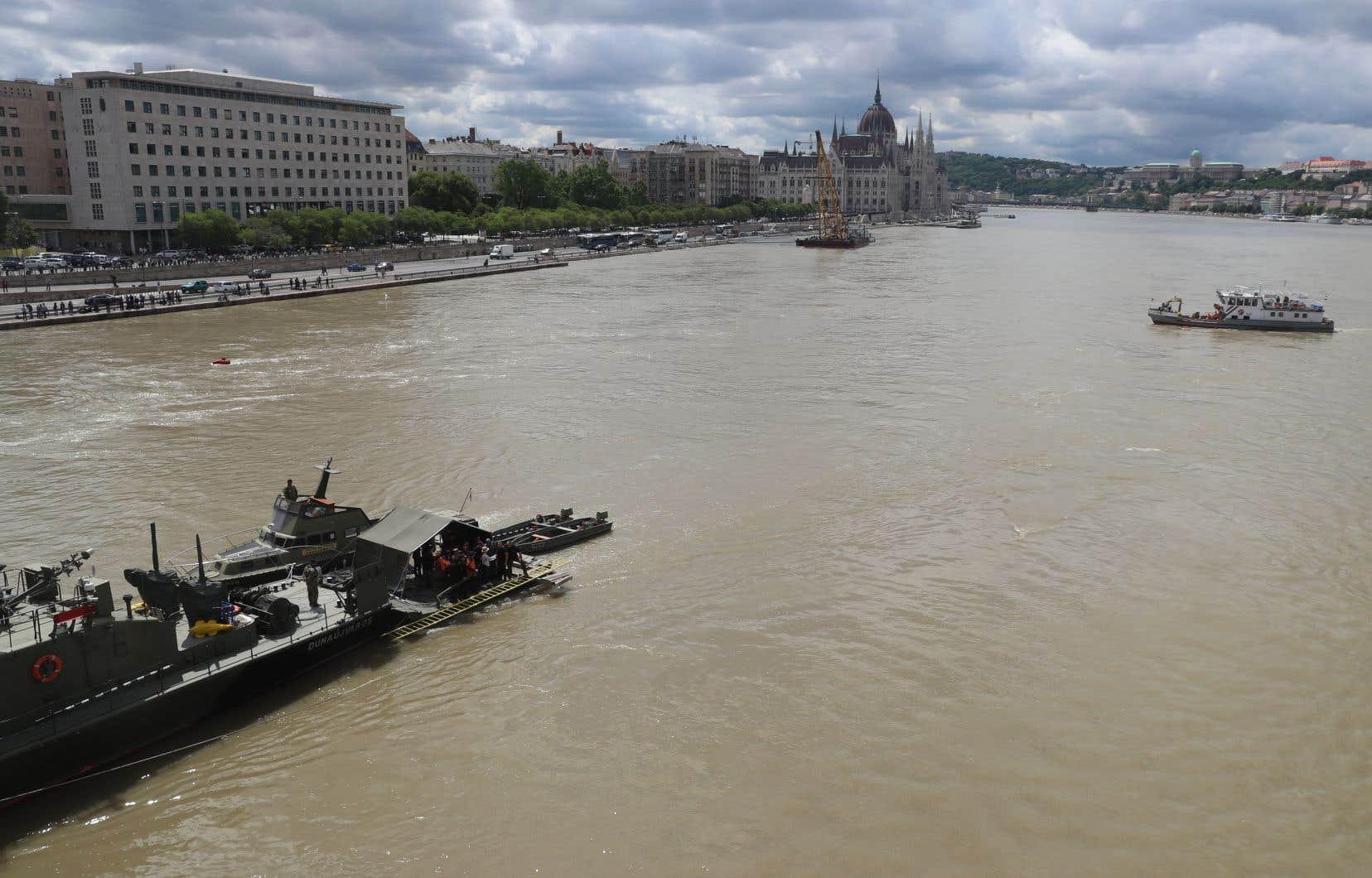 Les secouristes estiment probable que la majorité, voire tous les corps manquants se trouvent à l'intérieur de l'épave, la quasi-totalité des passagers s'étant trouvés à l'intérieur du bateau lors du naufrage, survenu par temps de pluie.
