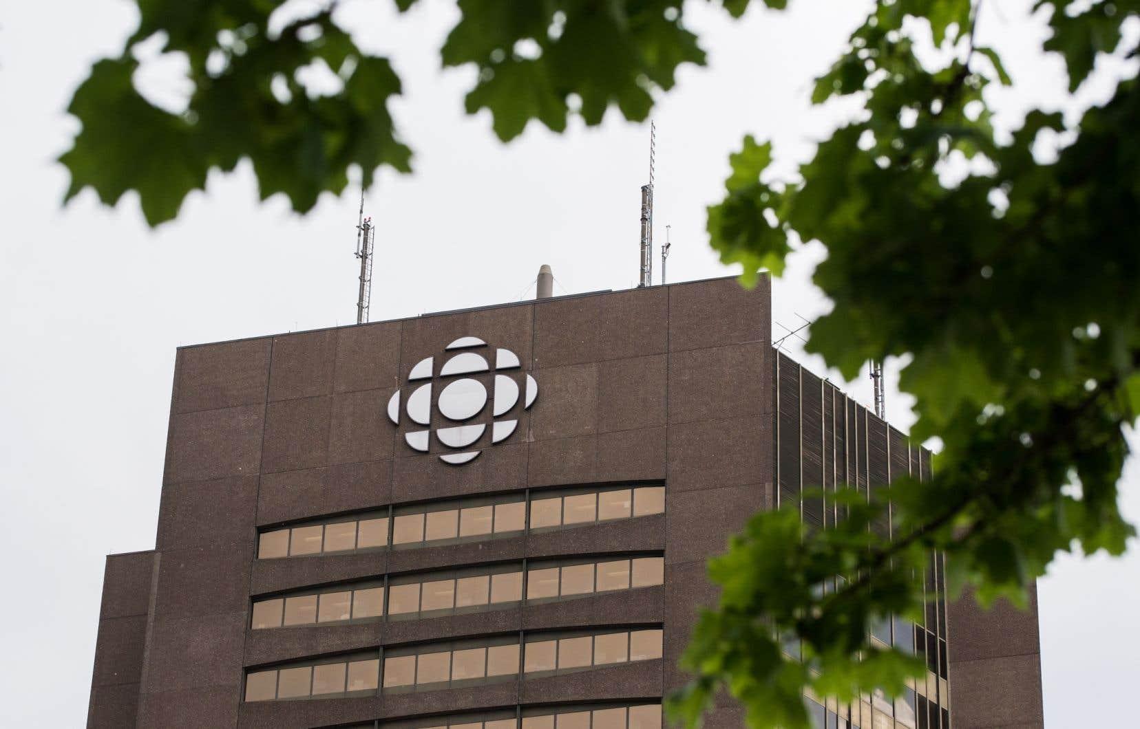 «On ne rappellera jamais assez que Radio-Canada est une radiotélévision publique, dotée par l'État, avec une mission particulière et une obligation d'excellence, notamment en ce qui concerne l'information», mentionnent les auteurs.