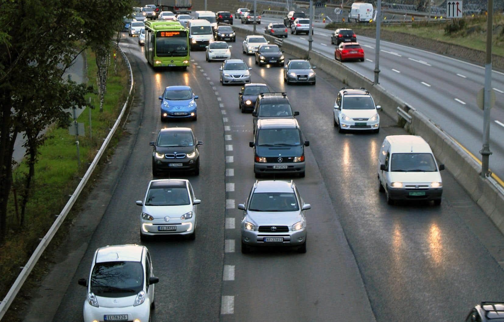 En Norvège, les voitures électriques peuvent souvent emprunter les voies réservées aux autobus, comme sur cette route en banlieue d'Oslo.