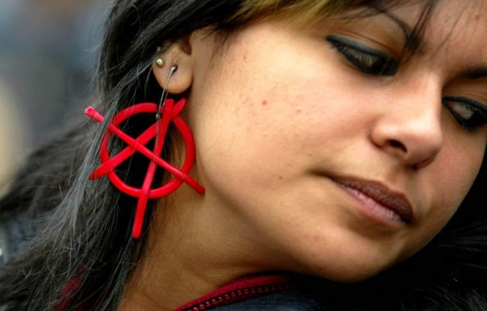 Les militants de la mouvance anarchiste exp&eacute;rimentent, au sein de multiples projets, des modes d&rsquo;organisation et de fonctionnement bas&eacute;s sur la d&eacute;mocratie directe et l&rsquo;autonomie.<br />
