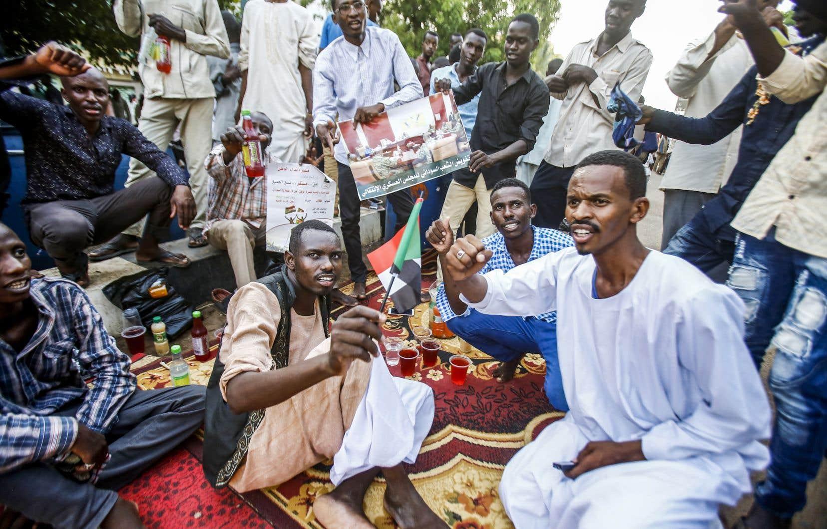 Les protestataires exigent que le Conseil militaire cède le pouvoir aux civils pour assurer une «transition démocratique» après le renversement par l'armée du président Omar el-Béchir le 11avril, à la faveur d'un soulèvement populaire inédit.