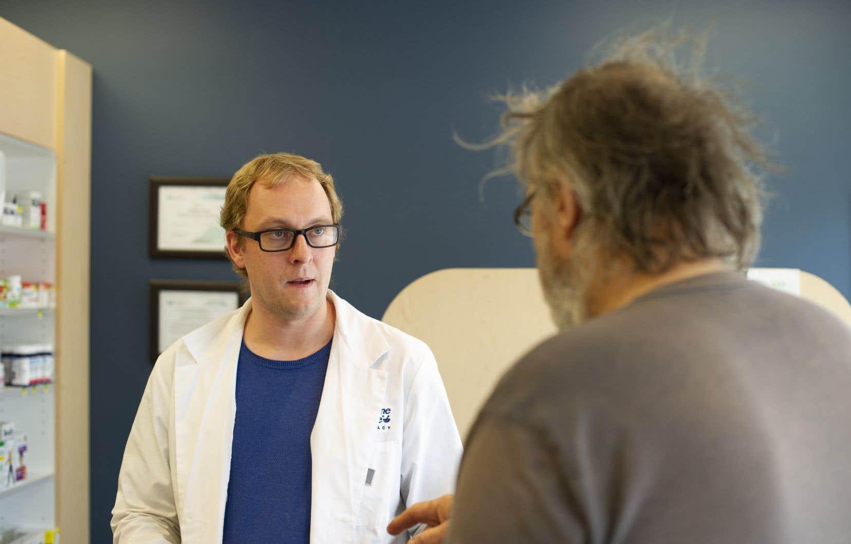 Certains pharmaciens, comme Matthew Manz (à gauche) en Saskatchewan,choisissent de ne pas stocker des Tylenol 1,utilisé comme analgésique et pour soulager la toux.