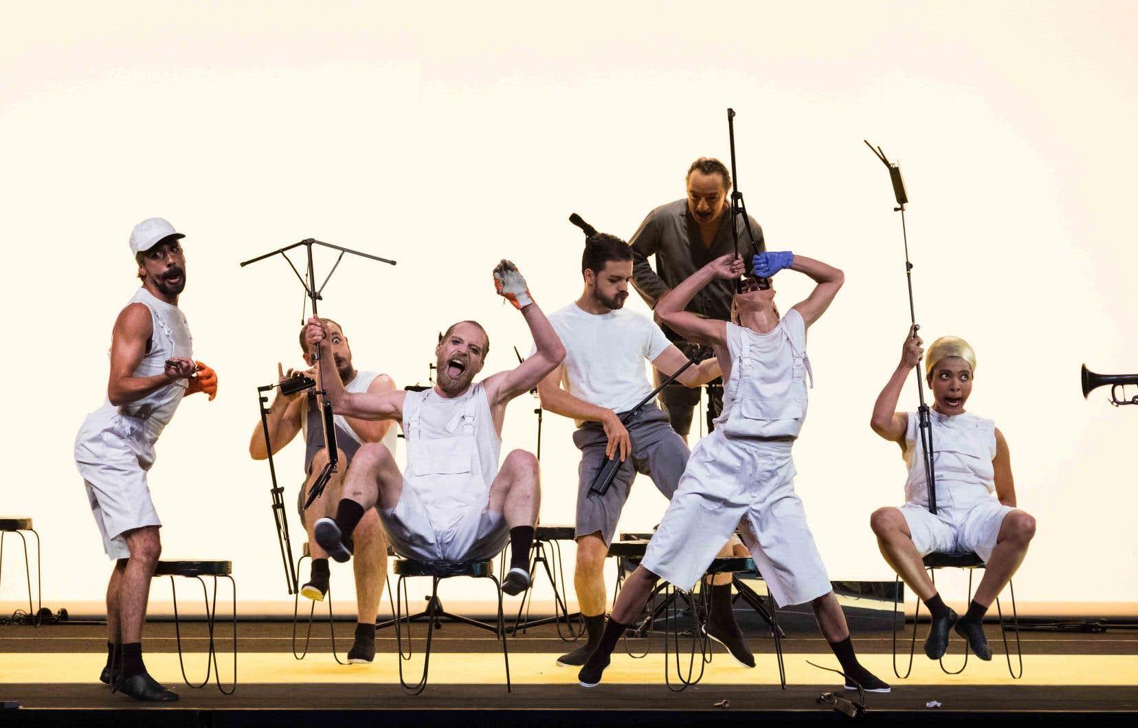 Les spectateurs sont accueillis par des trompettes qui se révéleront moqueuses, bavardes et assourdissantes, fanfare du tonnerre qui viendra surligner en sons burlesques le grotesque incarné par huit danseurs dont les faciès se déforment par gradation.