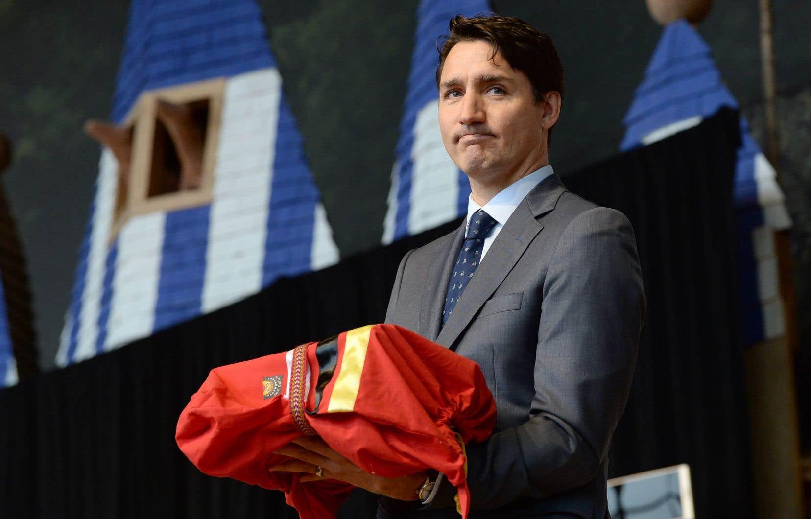 Le rapport dans les mains, le premier ministre Justin Trudeau a promis d'éradiquer «le racisme, le sexisme et les inégalités économiques» qui ont «permis une telle violencecontre les femmes et les filles autochtones».