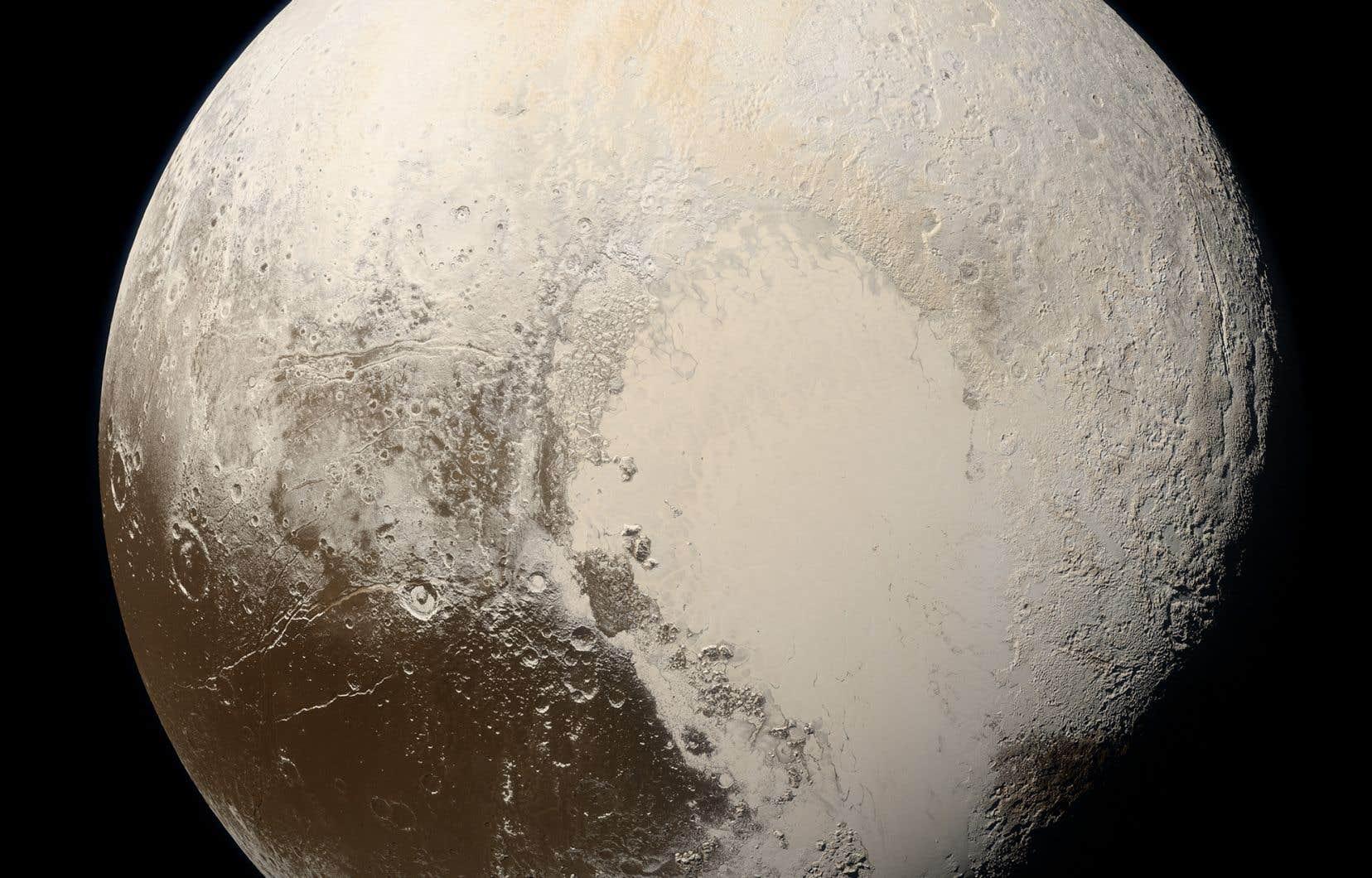 Il y aurait sur Pluton unemince couche de gaz, assez dense pour pouvoir agir comme un «isolant» et faire en sorte qu'unepartie de l'eau souterraine ne gèle pas.