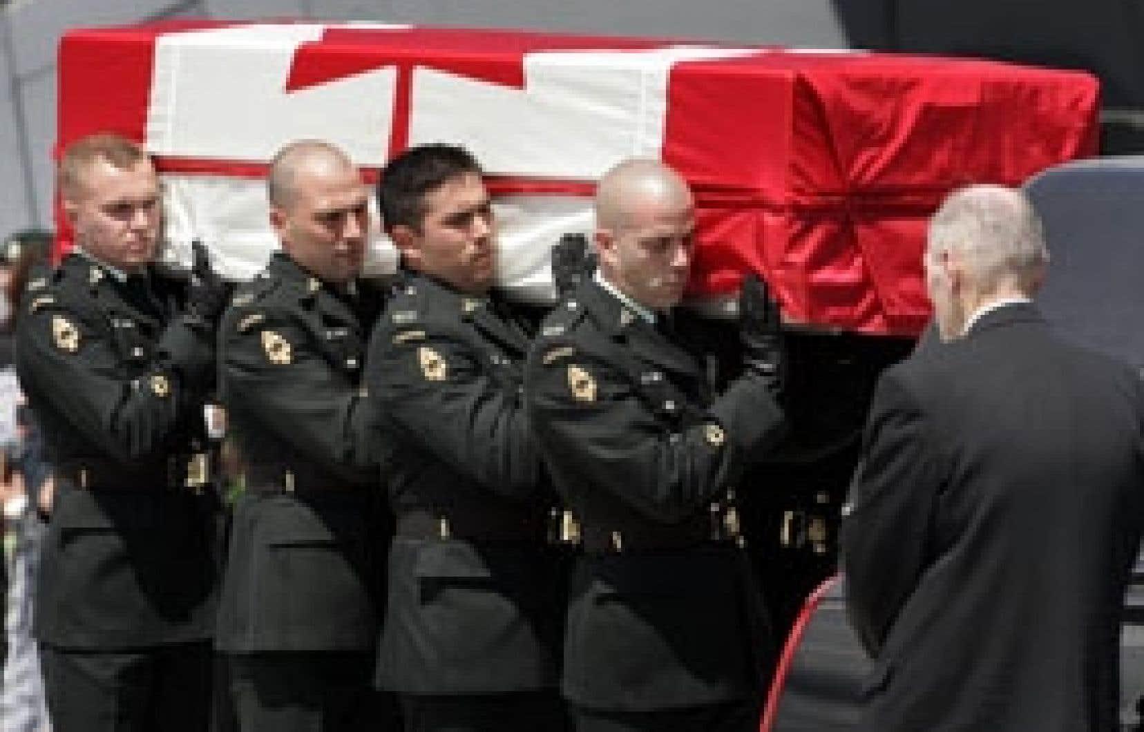 Les soldats canadiens continuent de mourir en Afghanistan. Libéraux et conservateurs se sont entendus pour que la mission canadienne se poursuive jusqu'en juillet 2011. Ci-dessus, le retour au pays du corps du caporal James Hayward, tué cet été.