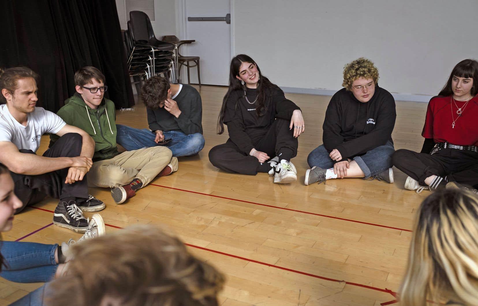 Des d'élèves de l'école Sophie-Barat parlent du projet théâtral auquel ils collaborent.