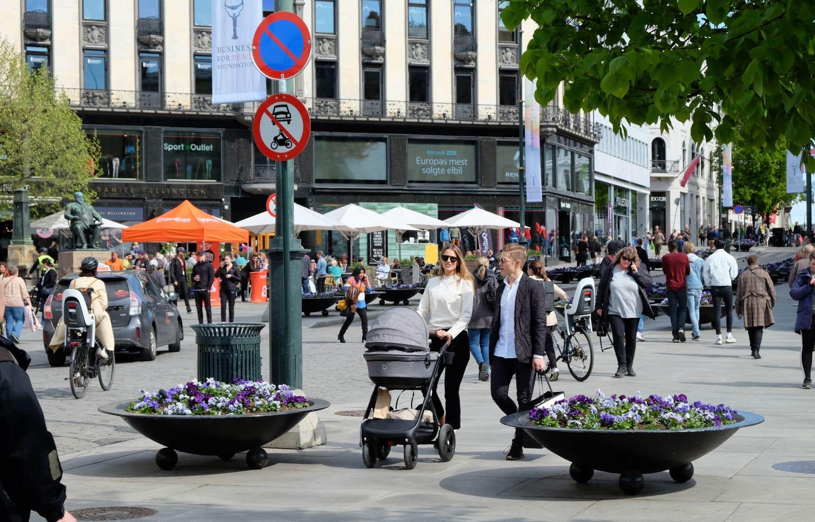 Les piétons, les cyclistes, les autobus et les tramways ont pris la place des voitures — hormis quelques rares taxis — au centre-ville d'Oslo.