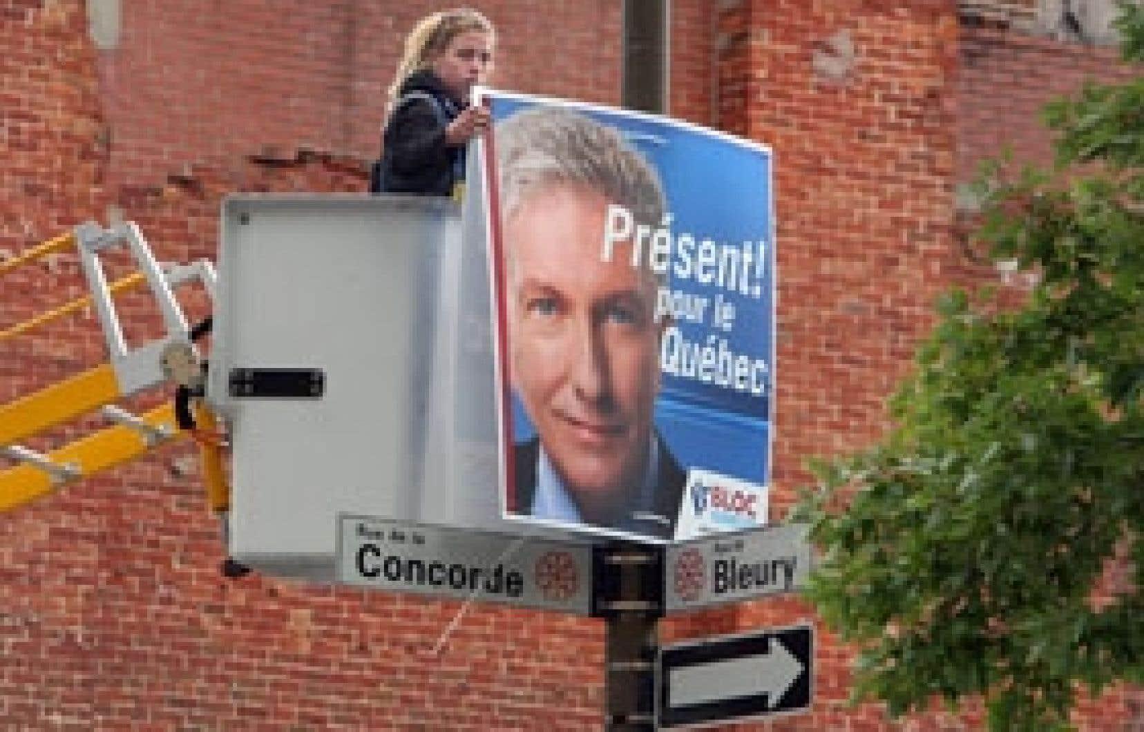 Les équipes du Bloc québécois étaient à l'oeuvre, hier, pour placarder le visage du chef Gilles Duceppe sur les poteaux de Montréal, où le Bloc dispose d'une solide base d'électeurs.
