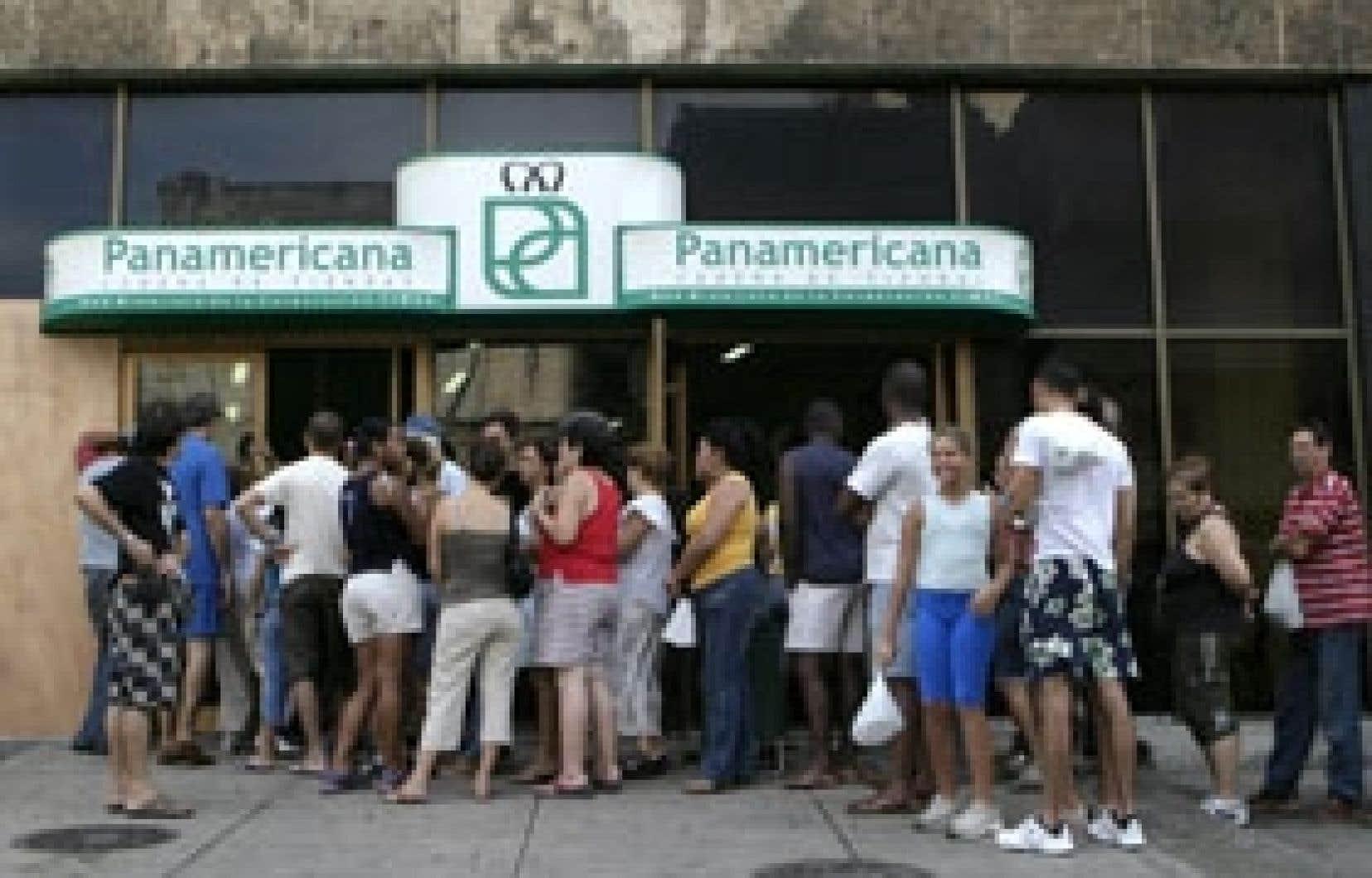 Les Cubains faisaient la queue devant les épiceries, hier à La Havane, en vue de l'arrivée de l'ouragan Ike, qui menaçait tout l'est de l'île.