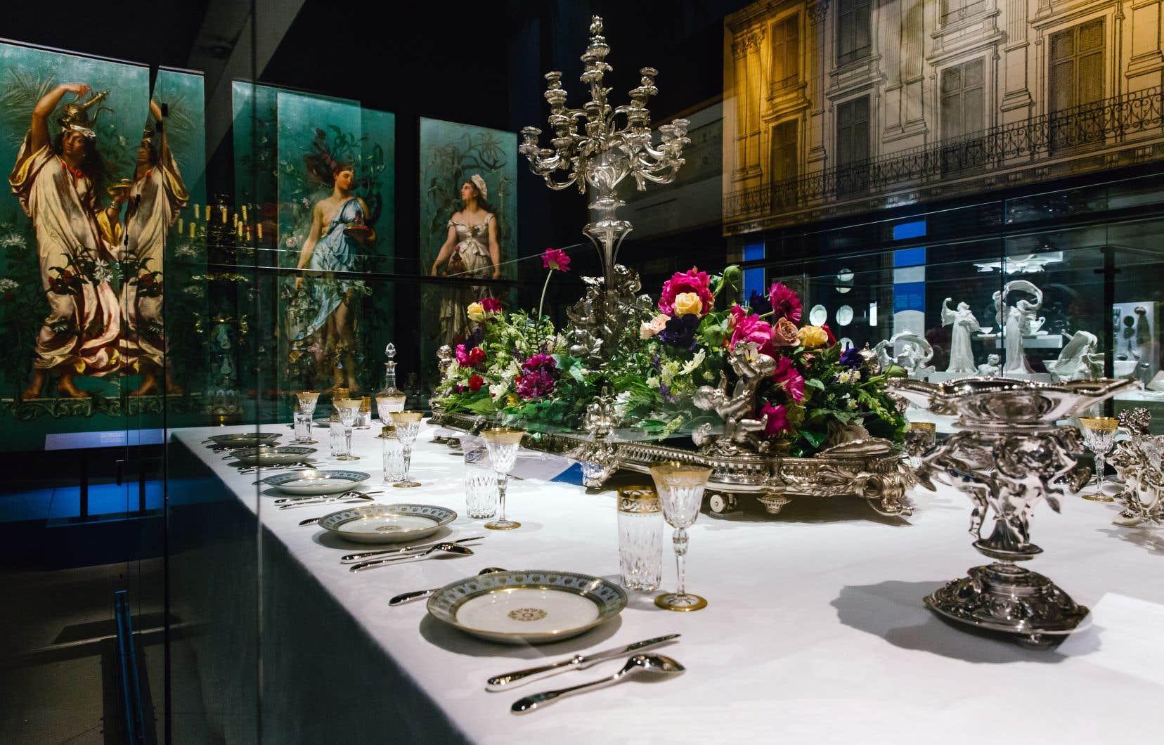 Ramequins, saladiers, soupières, porcelaines, verreries, argenteries, étuis à pique-nique… L'exposition «À table!» donne à voir près d'un millier de pièces d'exception.