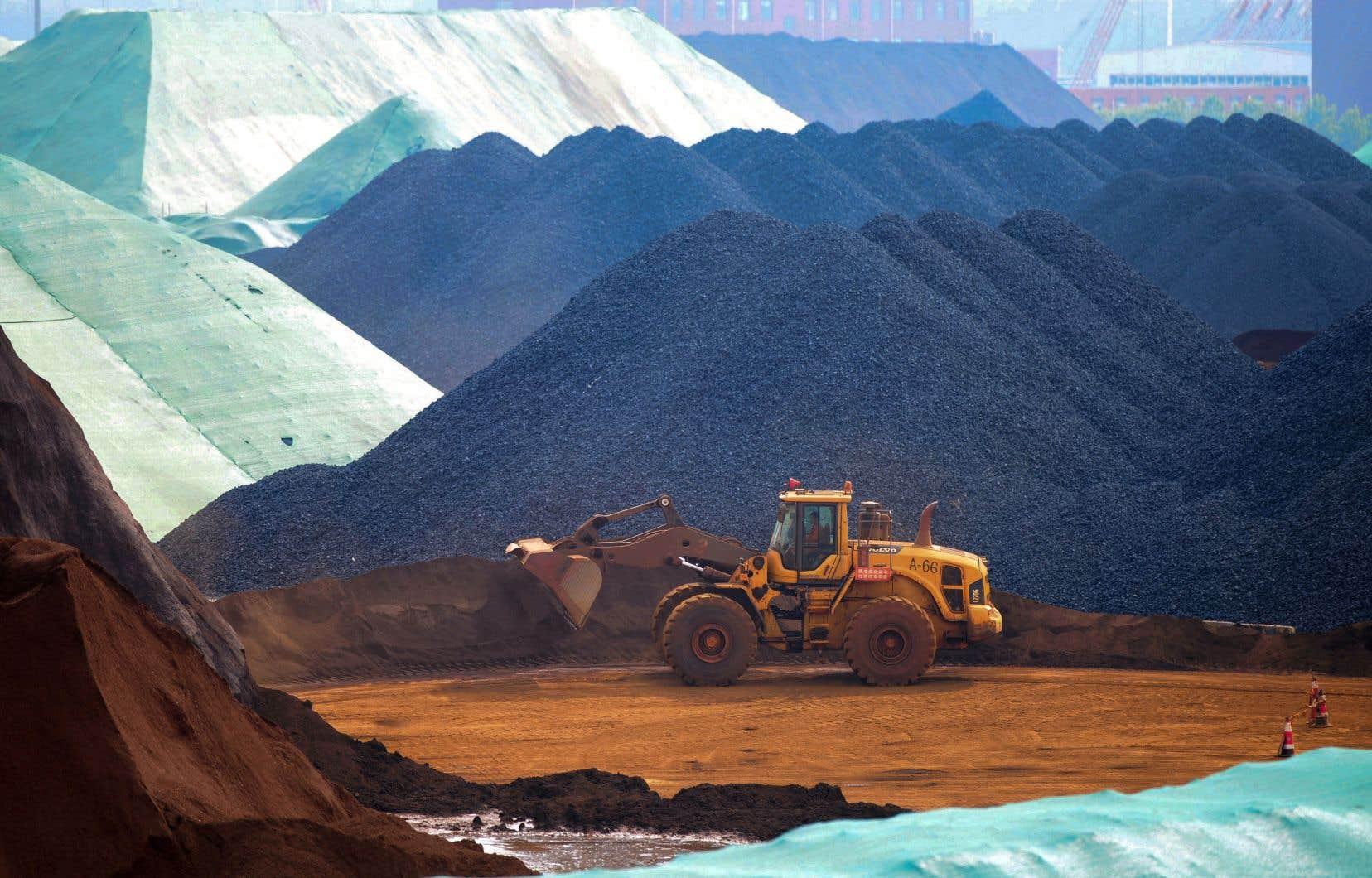 La Chine produit l'essentiel des terres rares de la planète, un ensemble de 17 métaux indispensables aux technologies de pointe et que l'on retrouve dans les téléphones intelligents, les écrans plasma, les véhicules électriques, mais aussi dans l'armement.
