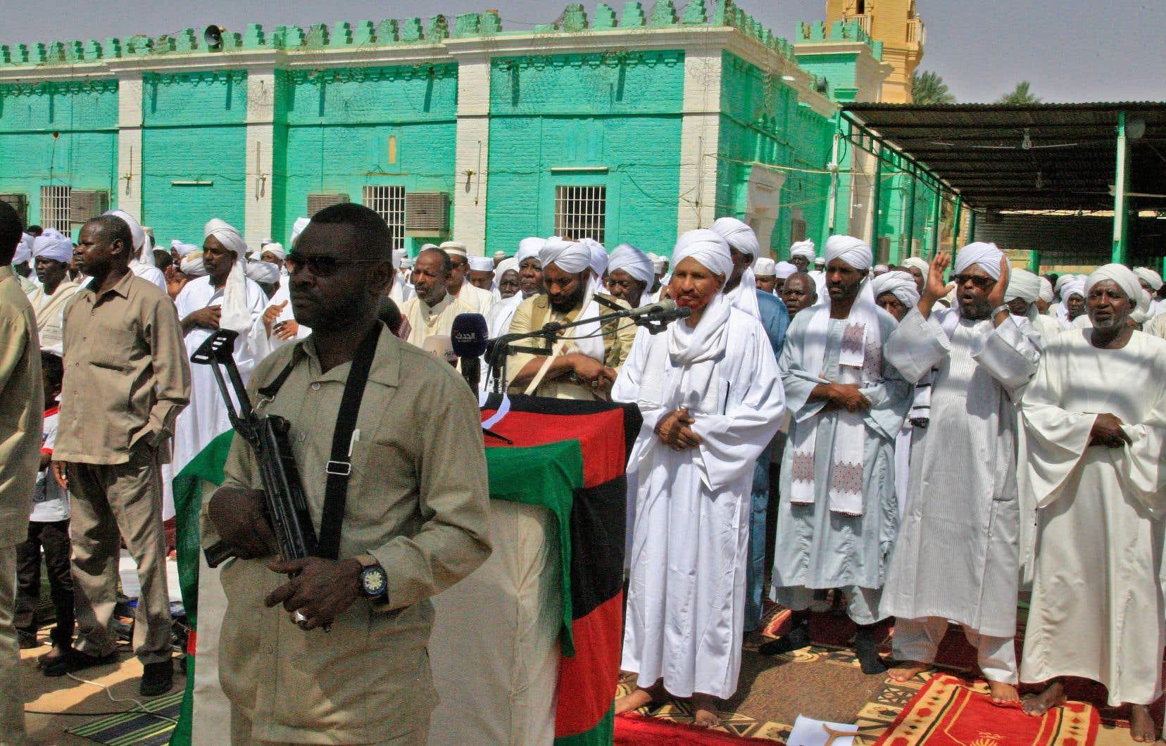Entourés de gardes armés, les chefs de la contestation soudanaise, notamment l'ancien premier ministre Sadeq al-Mahdi, ont pris part mercredi à Omdourman à la fête musulmane du Fitr, marquant la fin du ramadan.