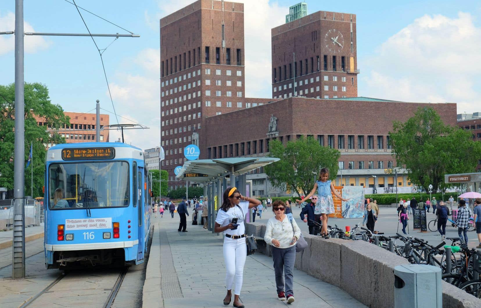 L'administration municipale d'Oslo, qui siège à l'hôtel de ville situé en arrière-plan, attribue à ses différents services des cibles de réduction de GES.