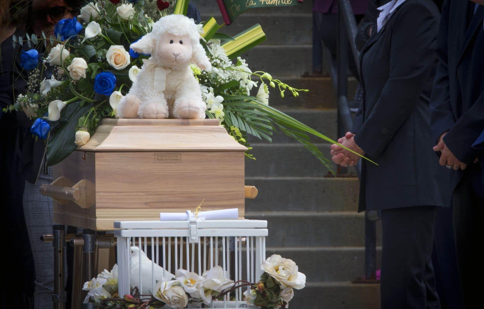 La petite fille est morte à l'hôpital peu de temps après la première comparution du couple devant le tribunal, le lendemain du jour où elle a été retrouvée, mal en point, le 30avril, dans la résidence familiale.