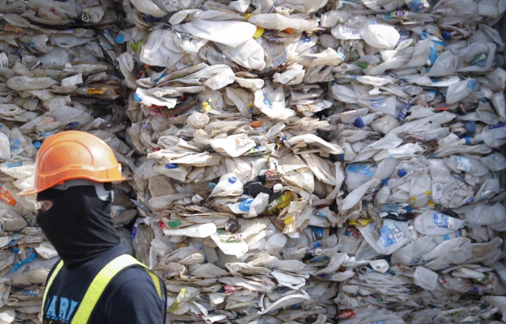 Les humains produisent environ 300millions de tonnes de déchets de plastique par an, selon le Programme des Nations unies pour l'environnement.