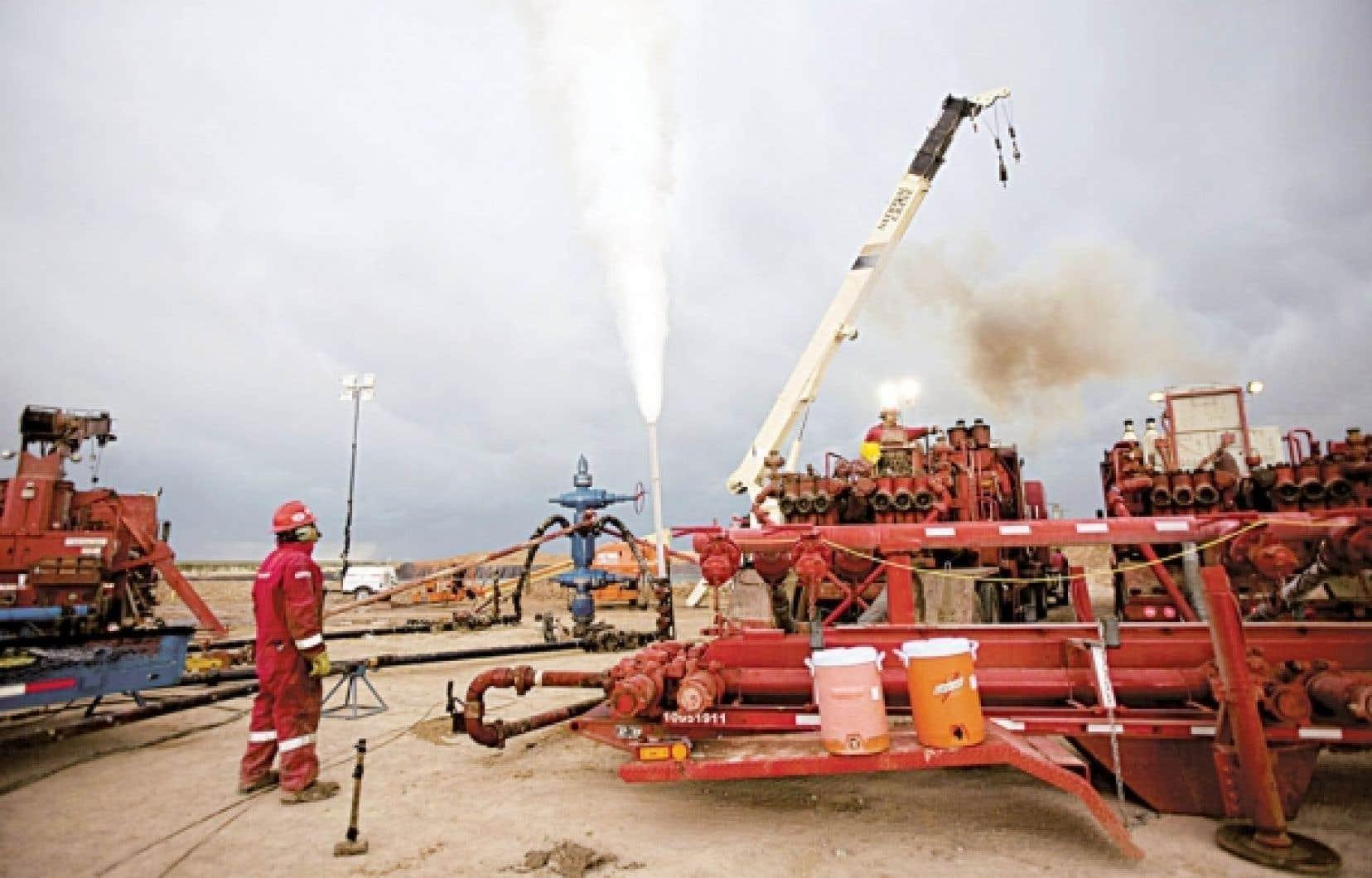 Un ouvrier surveille la purge d'un puits de gaz de schiste dans l'État du Nouveau-Mexique, une scène typique qui pourrait se multiplier au Québec, en particulier sur la rive sud du fleuve, où se concentre l'essentiel des projets d'exploration et d'exploitation.<br />