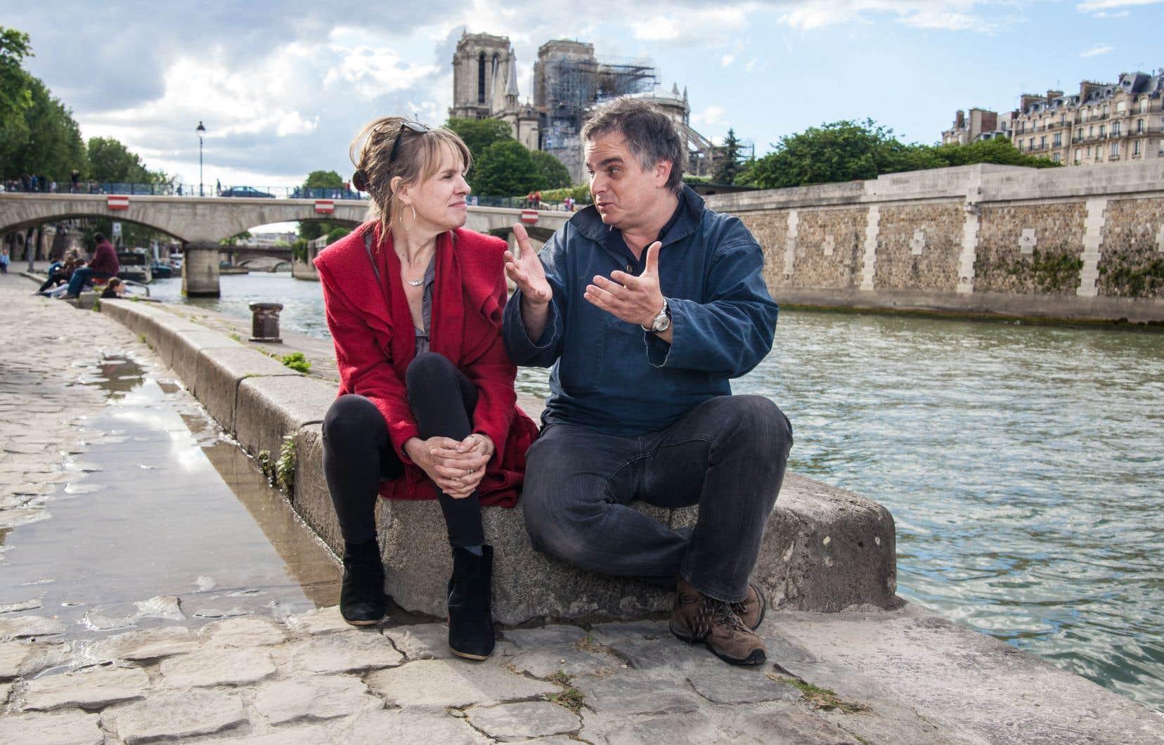 L'écrivain Alexandre Jardin passe aux aveux et renaît de ses cendres, comme la cathédrale Notre-Dame de Paris en arrière-plan. Ici, en confidences avec Joblo sur les quais de la Seine.