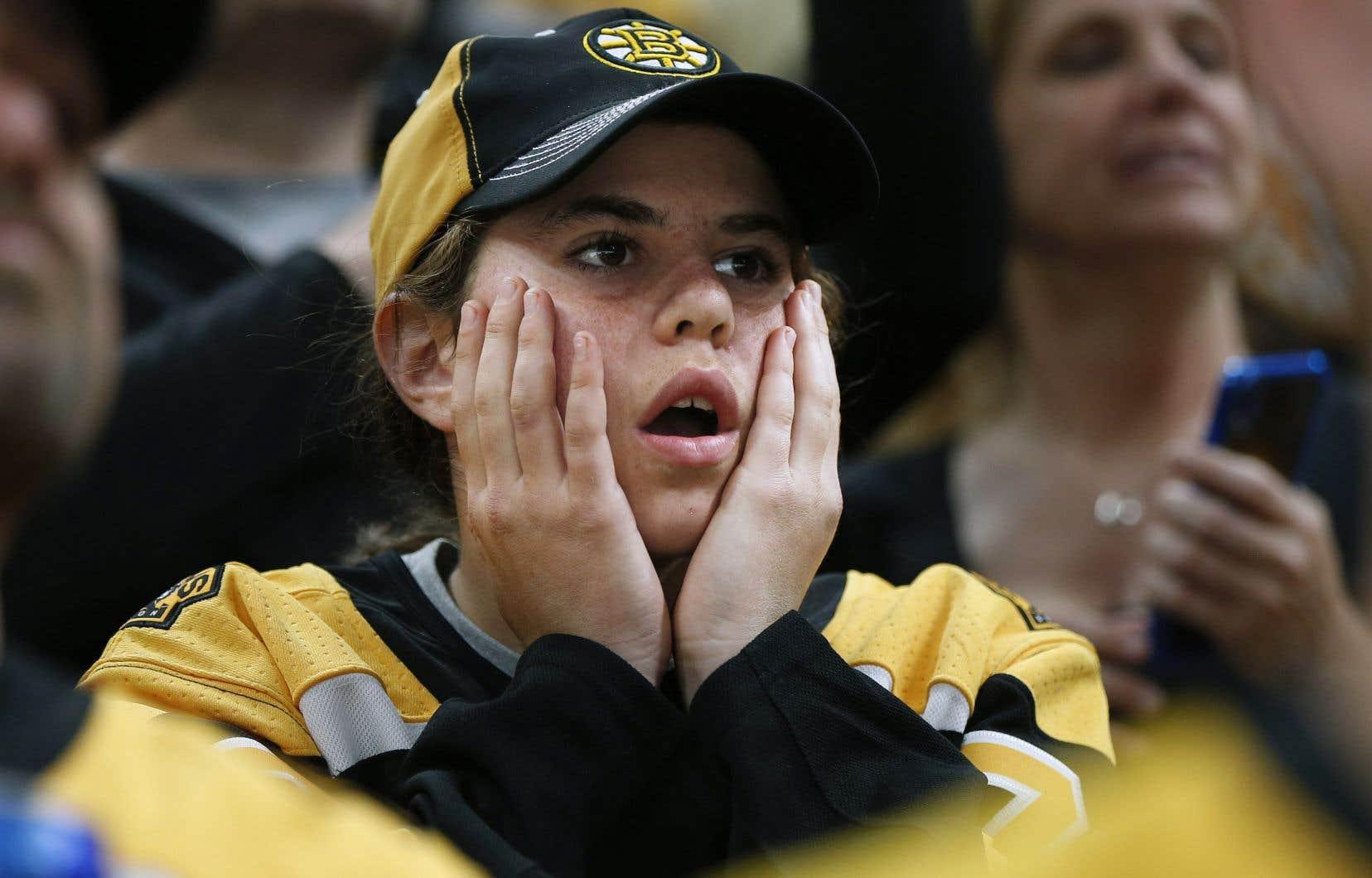 Malgré les doléances des joueurs des Bruins et de leurs partisans, les arbitres ont maintenu leur décision de permettre un but controversé, faisant en sorte que les Blues ont pris les devants 3-2 dans cette finale.