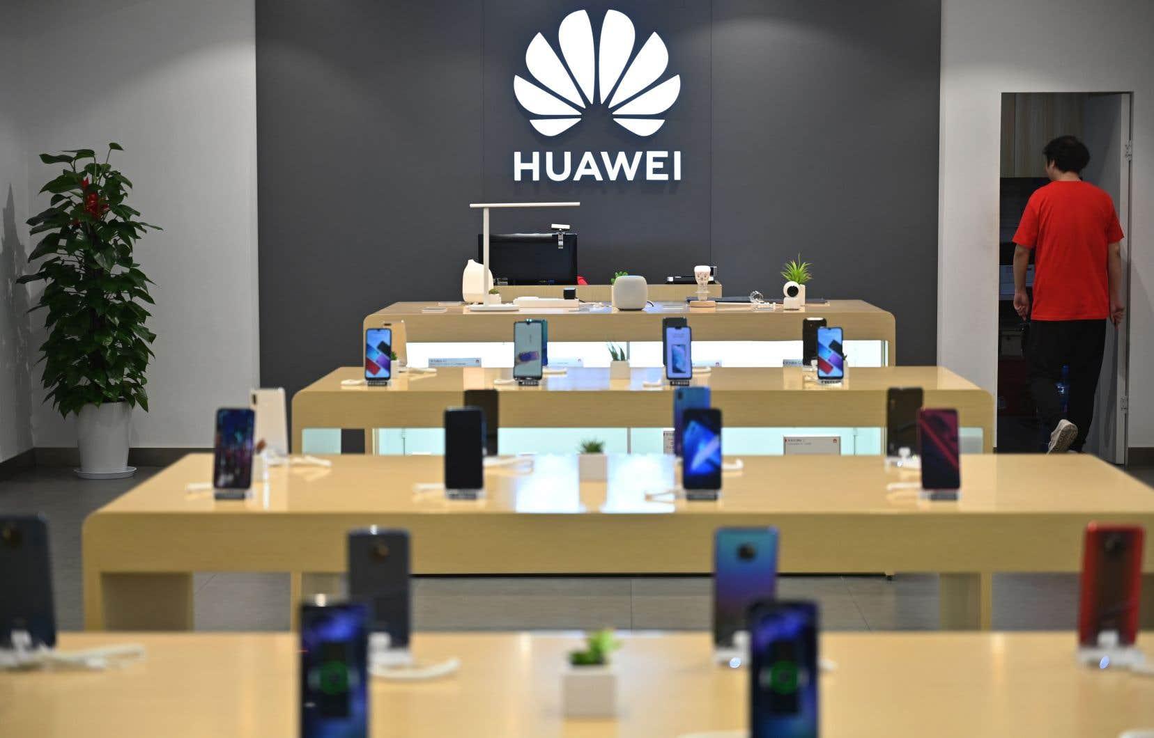 Comme beaucoup d'applications populaires, Facebook est pré-installée sur les téléphones intelligents, ce qui suppose que le réseau social collabore technologiquement avec le groupe chinois pour rendre cela possible.