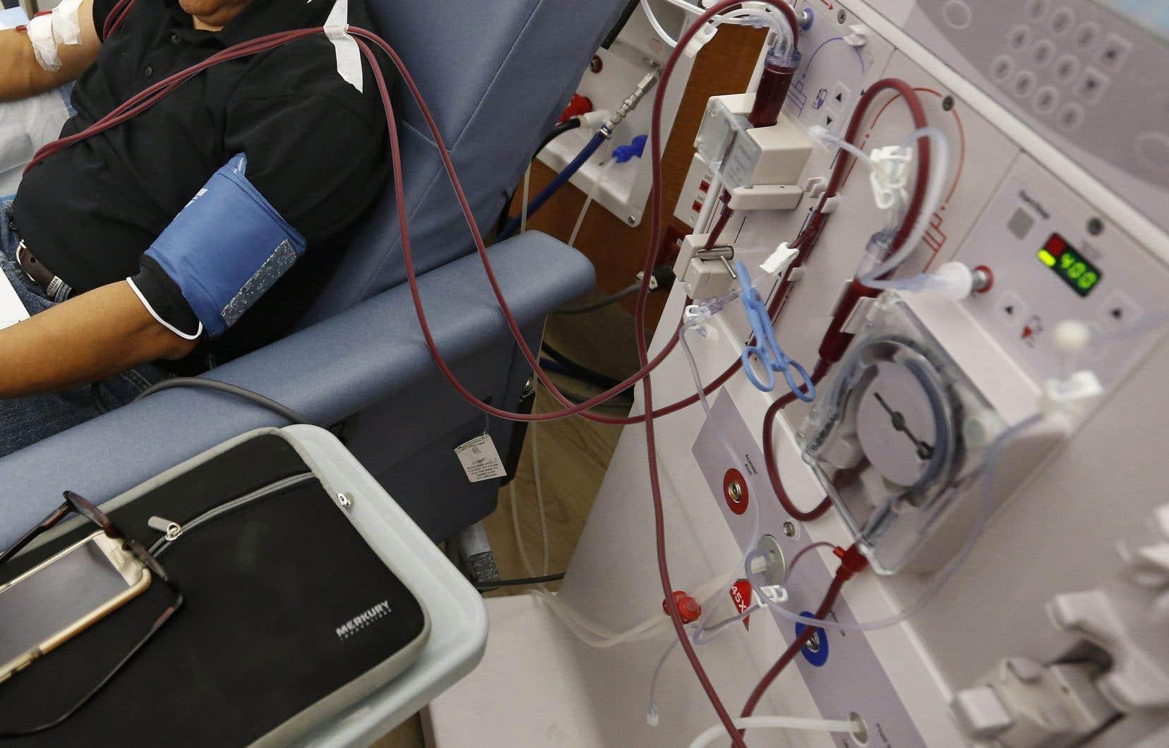 La dialyse consiste à nettoyer le sang des déchets alimentaires accumulés ainsi qu'à retirer les liquides qui se mêlent au sang chez un patient dont les reins ne sont plus en mesure d'effectuer le travail de filtration.