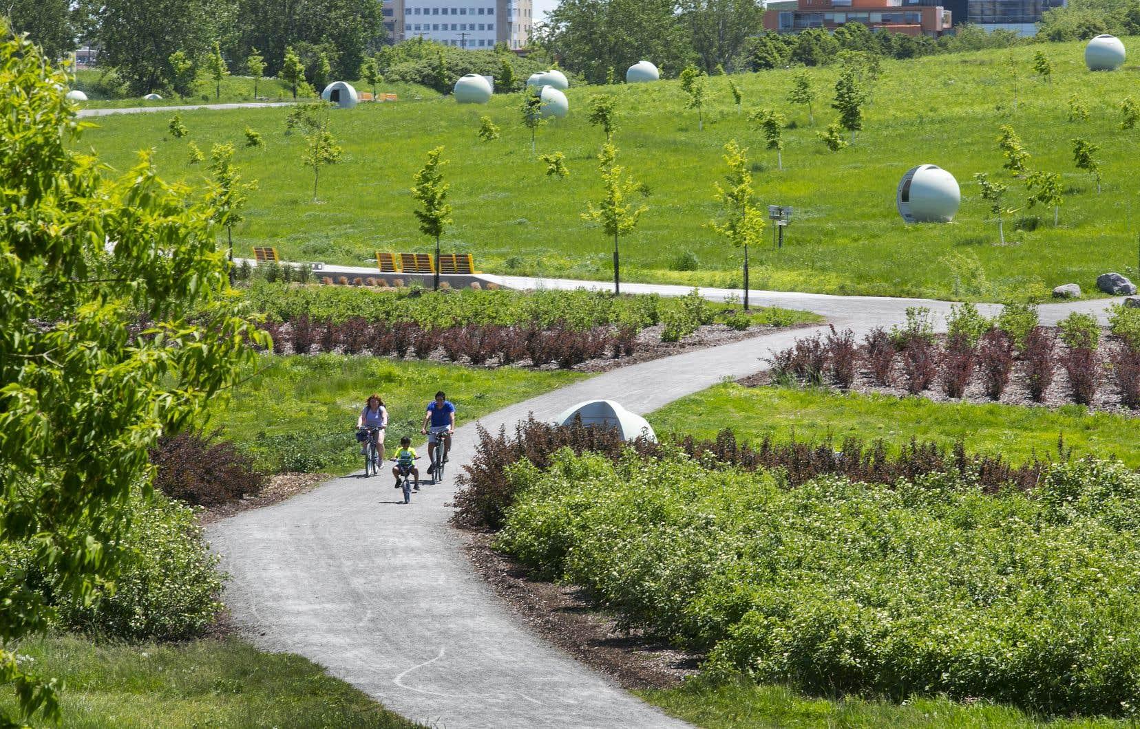 Dans le quartier Saint-Michel, où se trouve l'imposant parc Frédéric-Back, les infrastructures cyclistes sont peu adaptées et insuffisantes pour favoriser le vélo, observent des travailleurs communautaires.