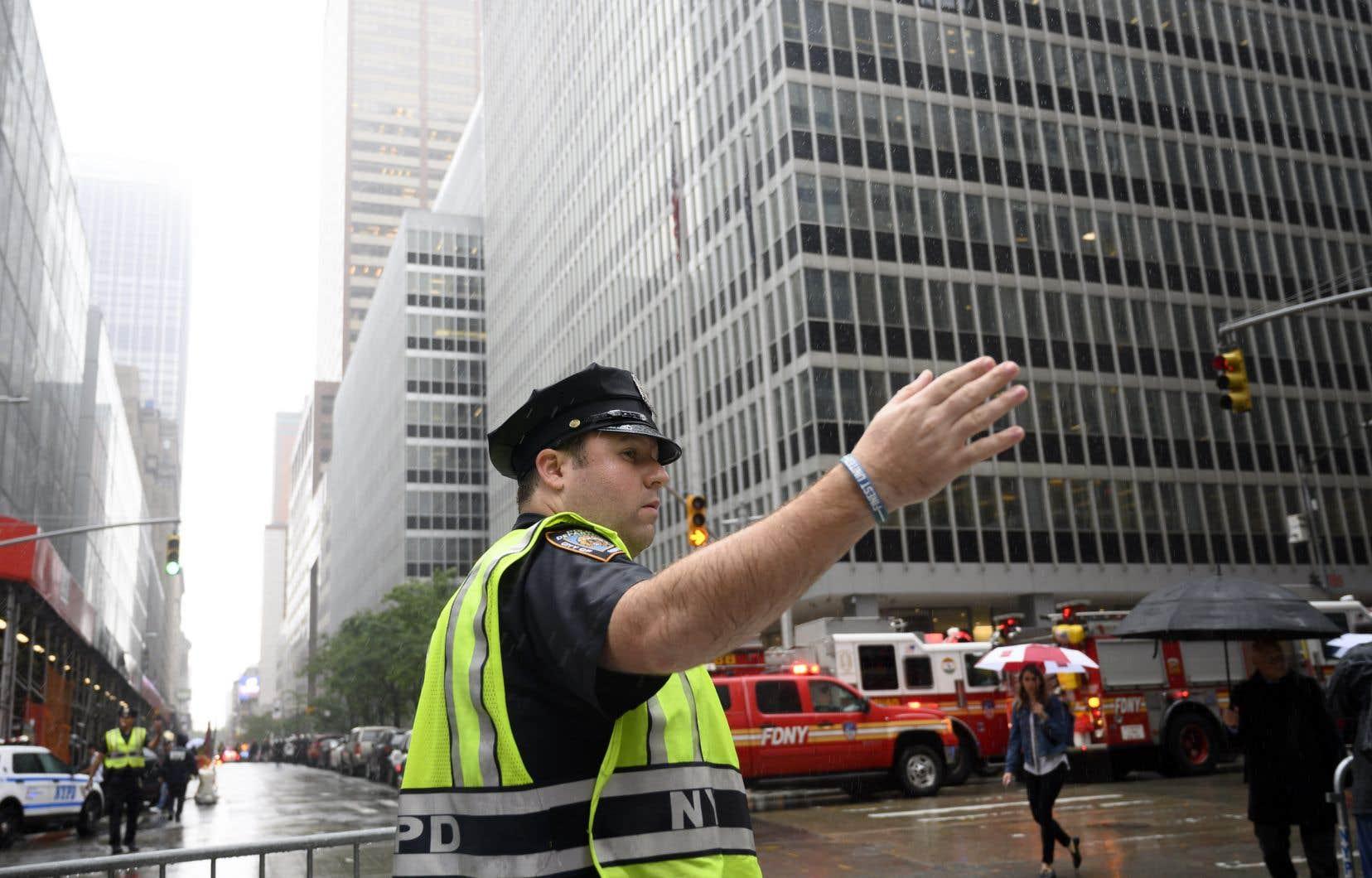 Le pilote d'un hélicoptère qui s'est écrasé lundi sur le toit d'un édifice sur l'île de Manhattan est mort, selon le service d'incendie de la ville de New York.