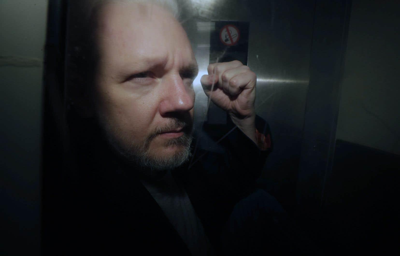 <p>Julian Assange fait face à 18 chefs d'accusation pour avoir prétendument sollicité et publié des informations classifiées et avoir comploté avec l'ancienne soldate Chelsea Manning, pour déchiffrer un mot de passe du ministère de la Défense.</p>
