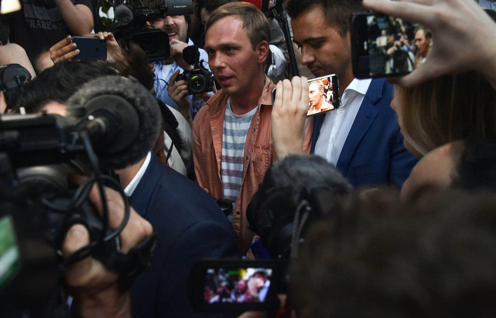 Dès sa sortie du poste de police, Ivan Golounov (au centre), très ému, a été accueilli par une foule de journalistes et par les manifestants qui le soutiennent depuis son arrestation jeudi dernier.