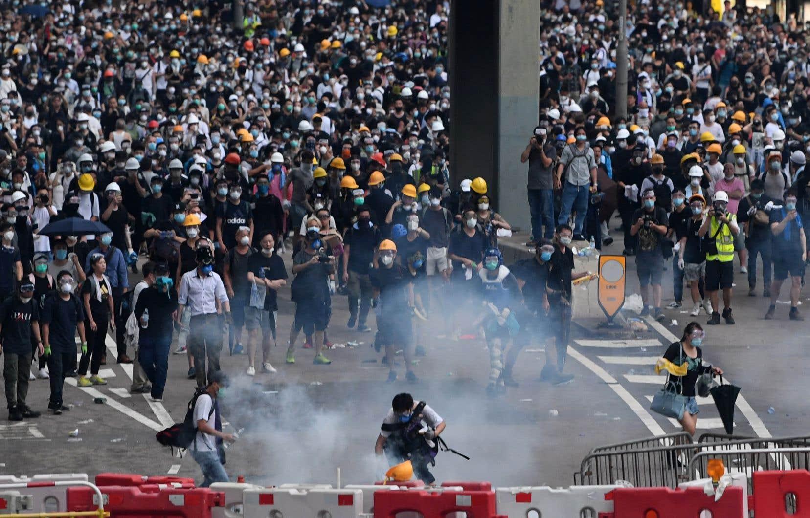 <p>La police a fait usage de balles en caoutchouc et de gaz lacrymogène pour repousser la foule des manifestants vêtus de noir, pour la plupart des jeunes et notamment des étudiants.</p>