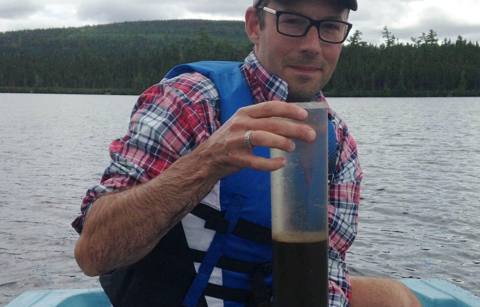 <p>Avec ses collègues, le Dr Josh Kurek a examiné les sédiments de cinq lacs du nord éloignés des communautés et de toute autre source de contamination. Il a trouvé, comme prévu, de fortes concentrations de DDT dans les sédiments datant de l'époque de son utilisation.</p>
