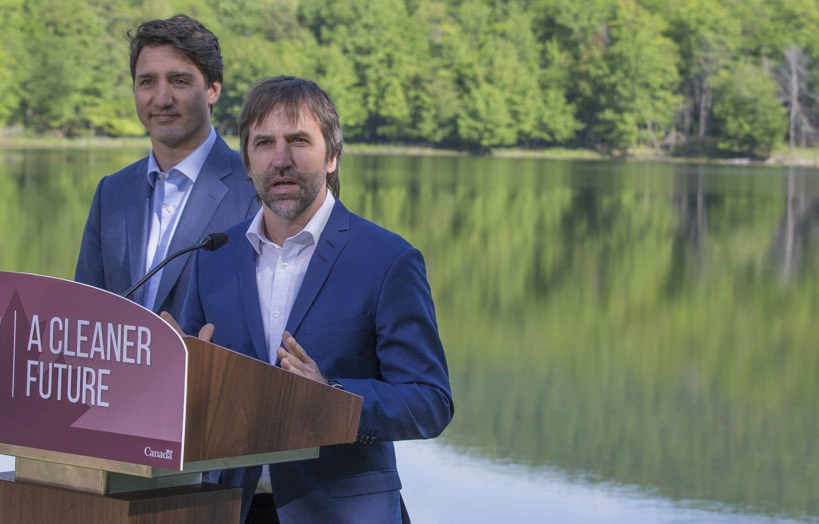 L'écologiste Steven Guilbeault avait présenté le premier ministre Trudeau lors de l'annonce libérale sur l'élimination prévue du plastique à usage unique, lundi dernier.