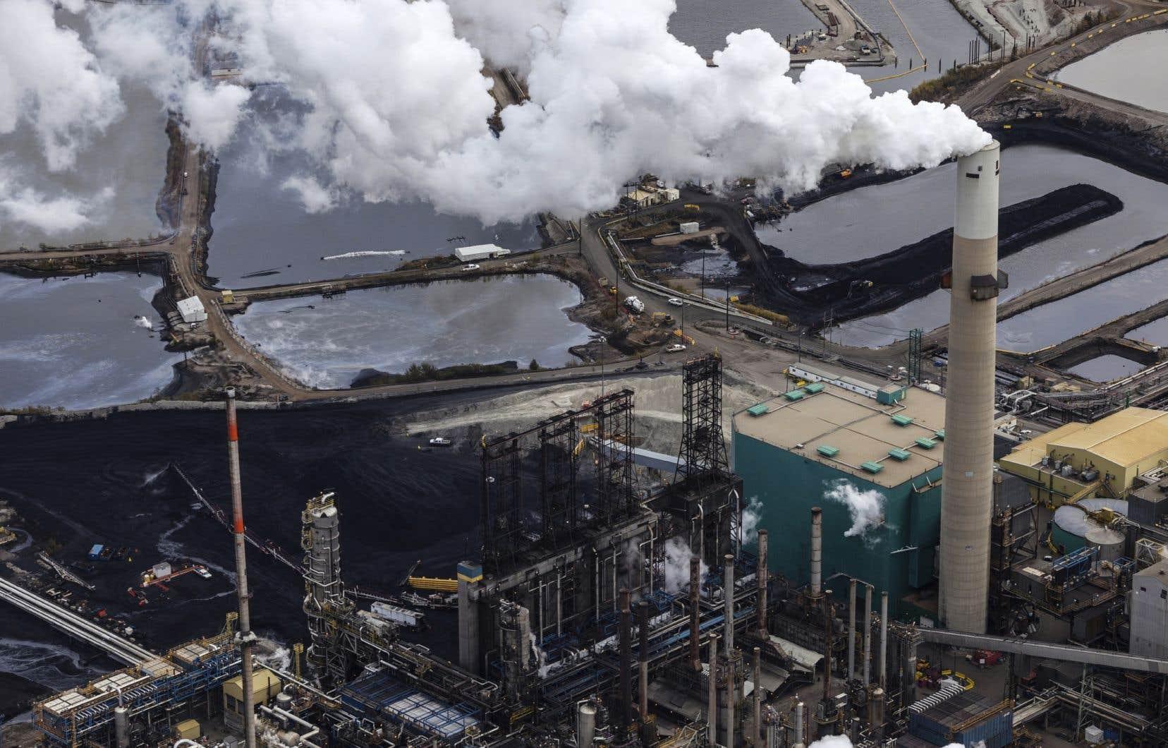 Malgré l'urgence climatique, le Canada devrait produire 5,86 millions de barils de pétrole par jour en 2035, soit 1,27 million de barils de plus qu'à l'heure actuelle.