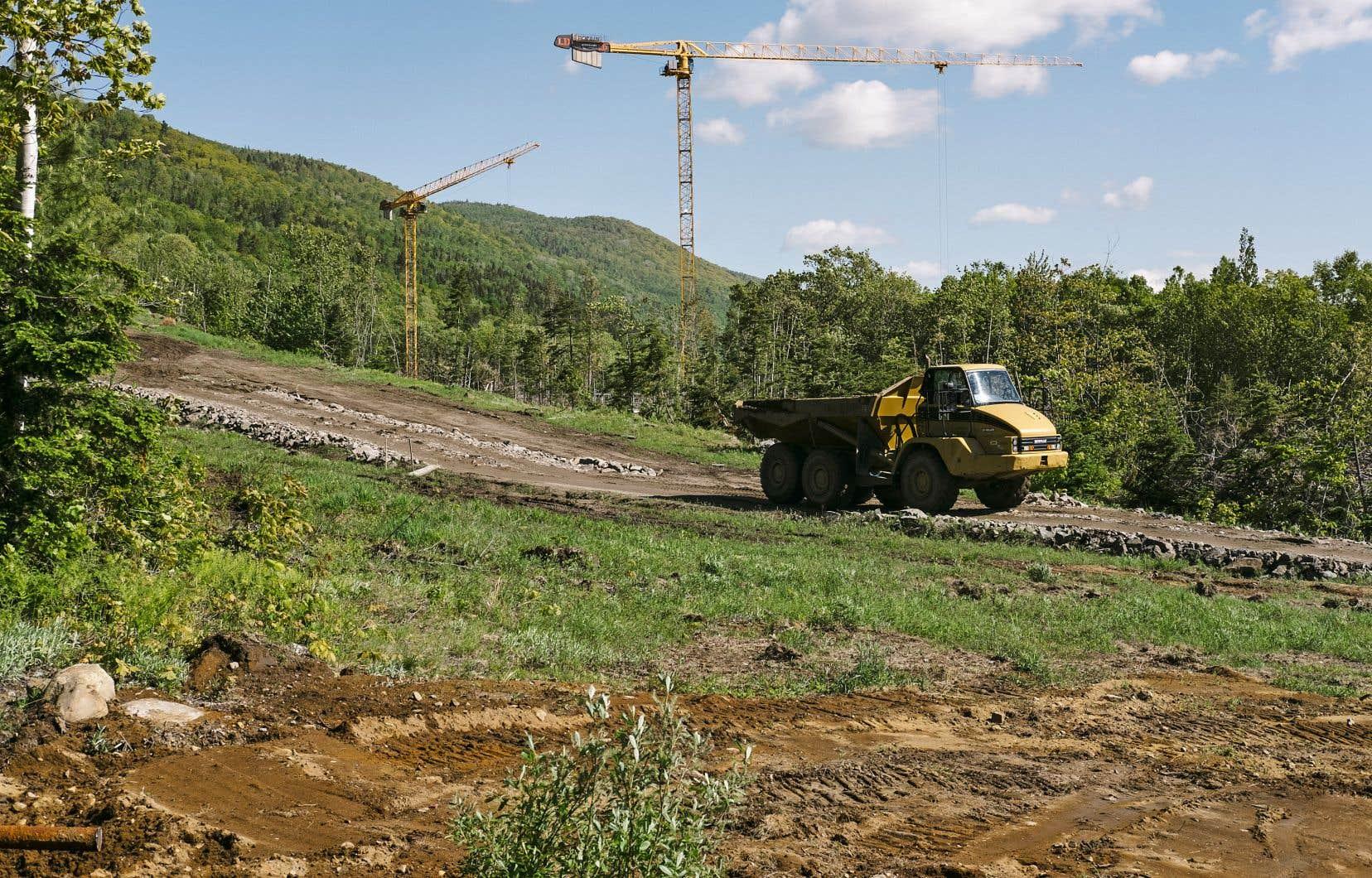 Les camions ont commencé à s'activer à Petite-Rivière-Saint-François pour la construction du Club Med.
