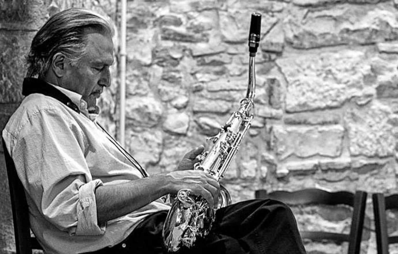 Jerry Bergonzi a écrit sept livres sur la théorie comme l'instruction musicale, en plus de publier des CD à caractère pédagogique.