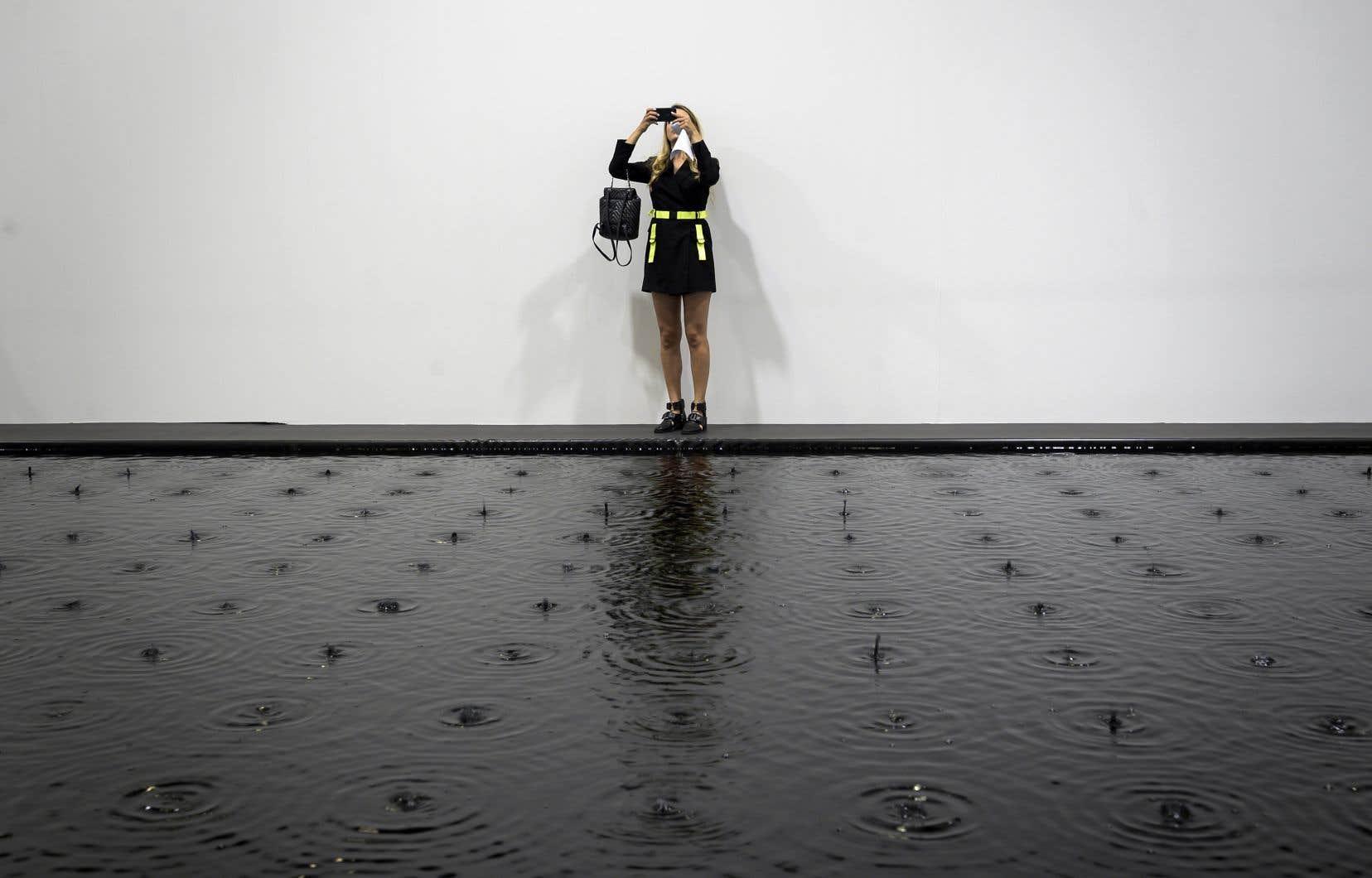 Un visiteur prend en photo l'installation «Rose of Nothingness» deBelu-Simion Fainaru à Art Basel.