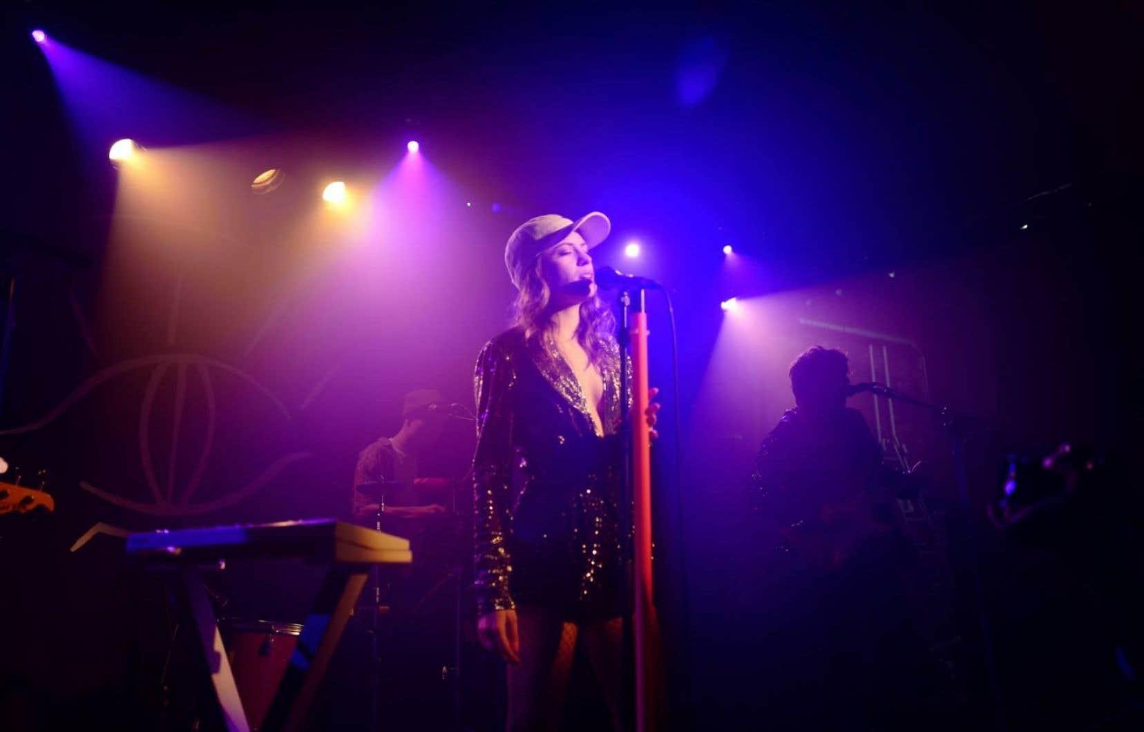 La casquette souvent vissée sur la tête, la jeune chanteuse française Alice Vanor joue du coude dans la chanson pop et électro du moment.