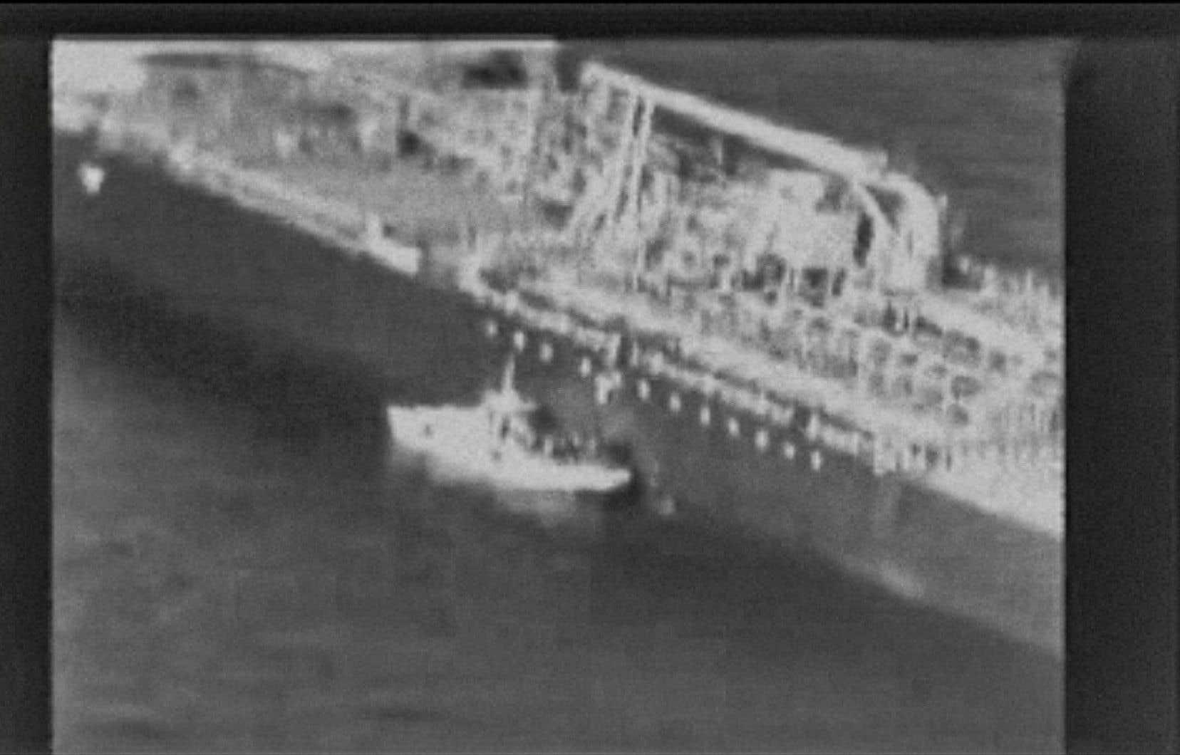 Cette capture, extraite d'une vidéo publiée par le US Central Command (USCENTCOM) le 13 juin 2019, montrerait un patrouilleur de la marine iranienne dans le golfe d'Oman s'approchant du pétrolier méthanol Kokuka Courageous exploité par le Japon et enlevant une mine non explosée.