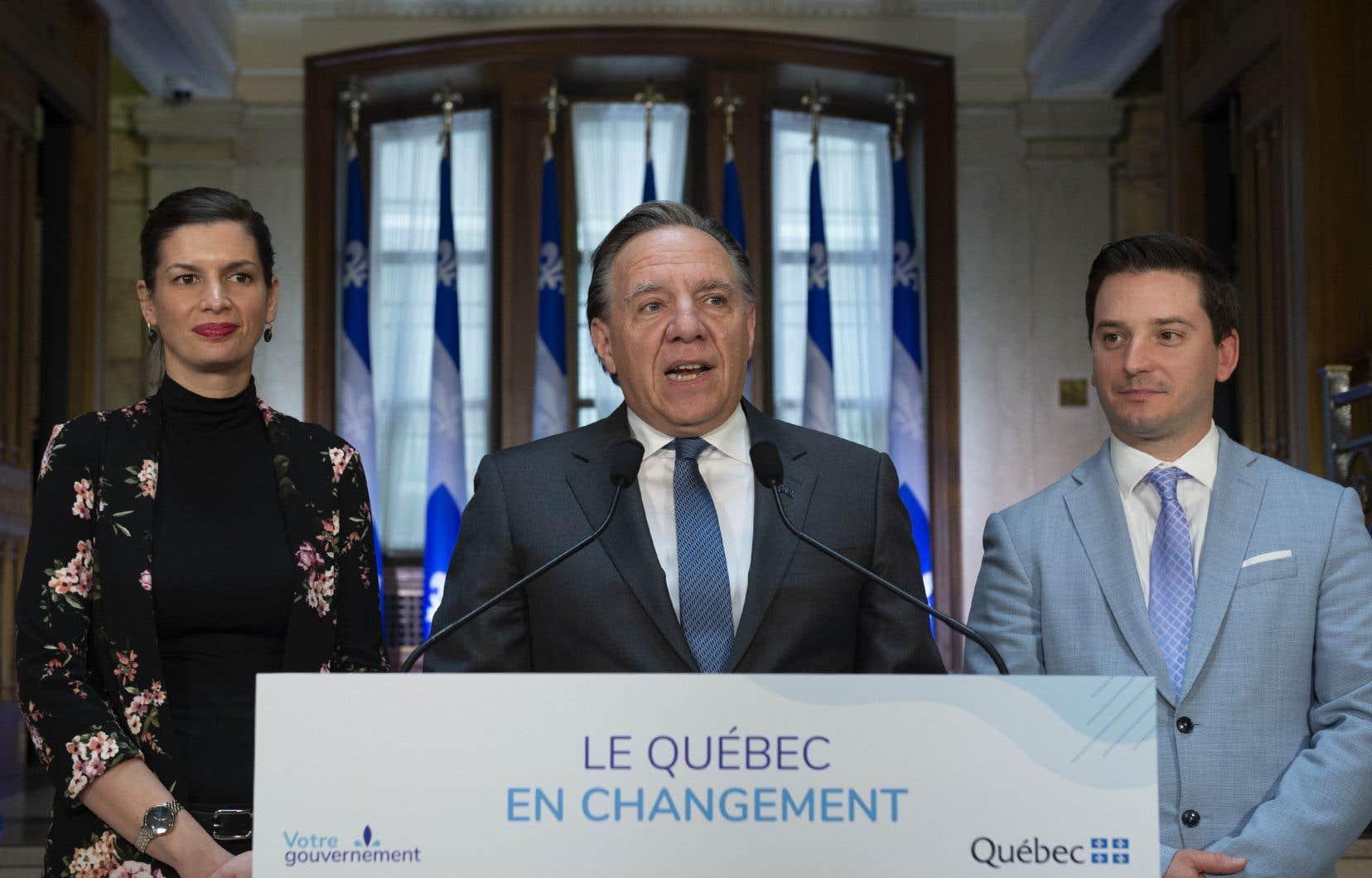 Le premier ministre François Legault flanqué de la vice première-ministre, Geneviève Guilbault, et du ministre de l'Immigration, Simon Jolin-Barrette