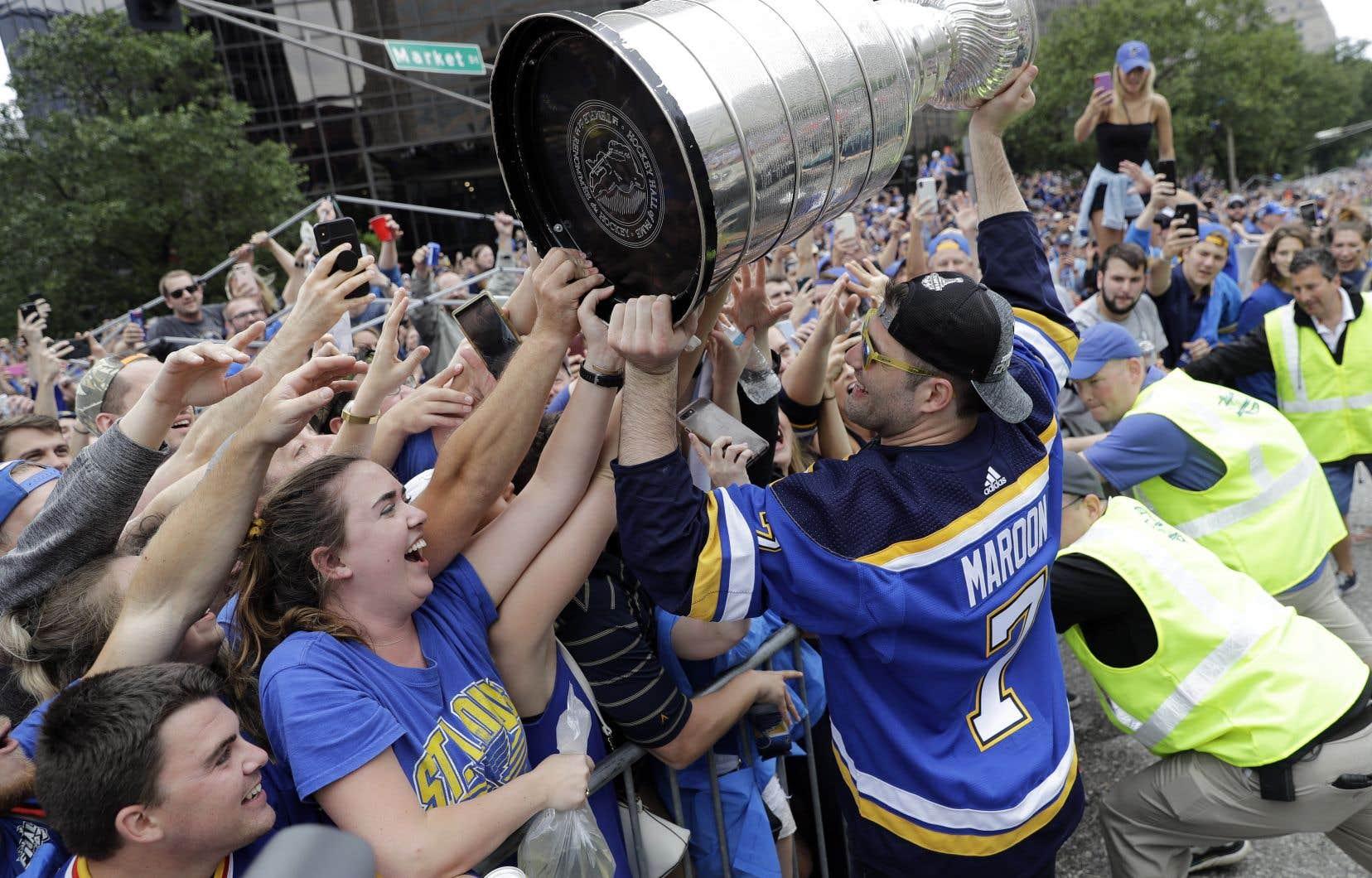 L'ailier gauche Pat Maroon célébrant la victoire avec les partisans à la parade des Blues, samedi