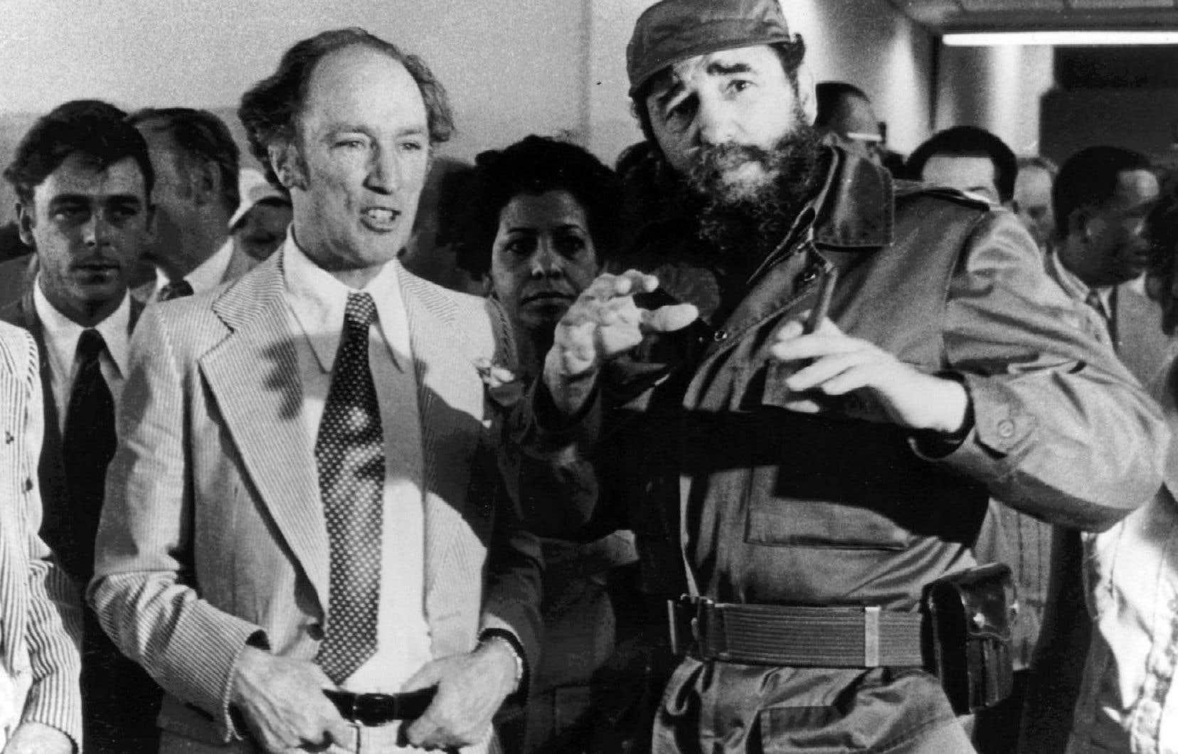 Le premier ministre Pierre Trudeau en compagnie du président cubain Fidel Castro, lors d'une visite à La Havane en 1976